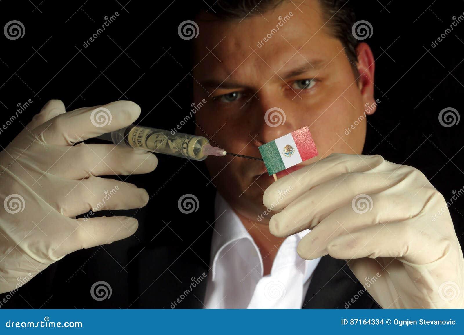 O homem de negócios novo dá uma injeção financeira à bandeira mexicana isolada no fundo preto