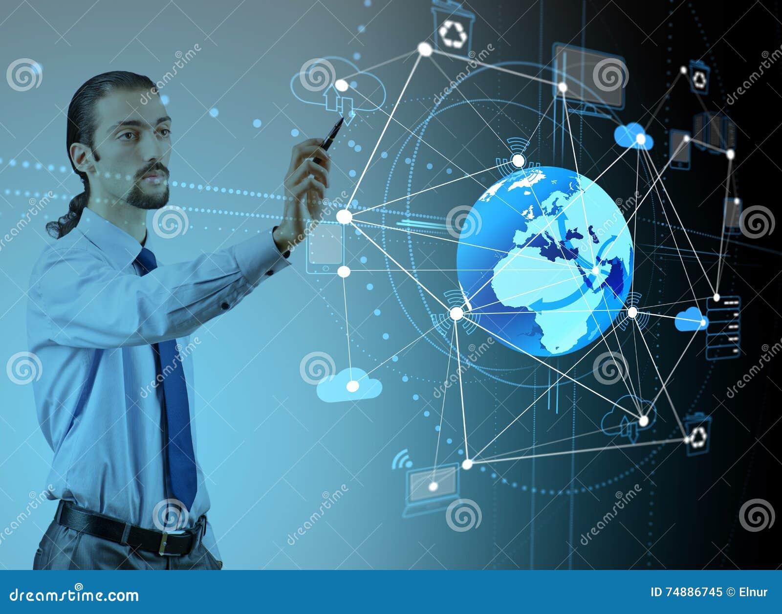 O homem de negócios novo no conceito de computação da nuvem