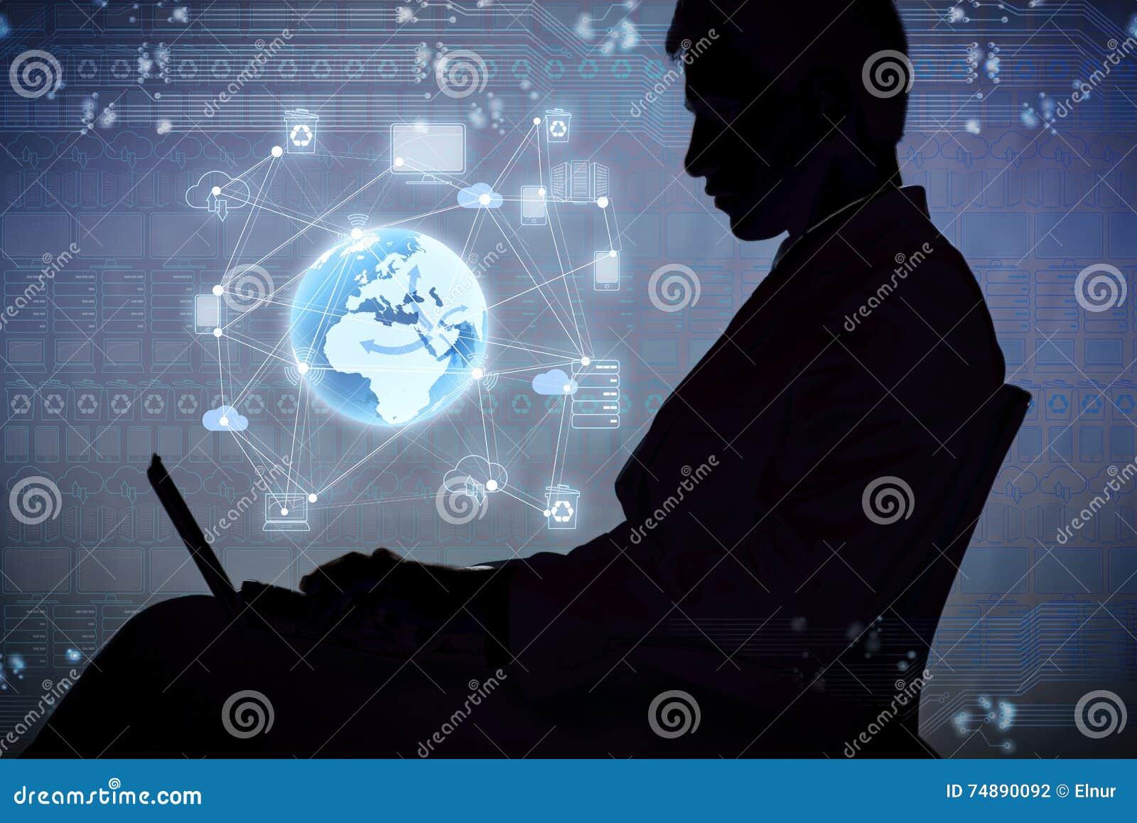 O homem de negócios novo no conceito de computação global