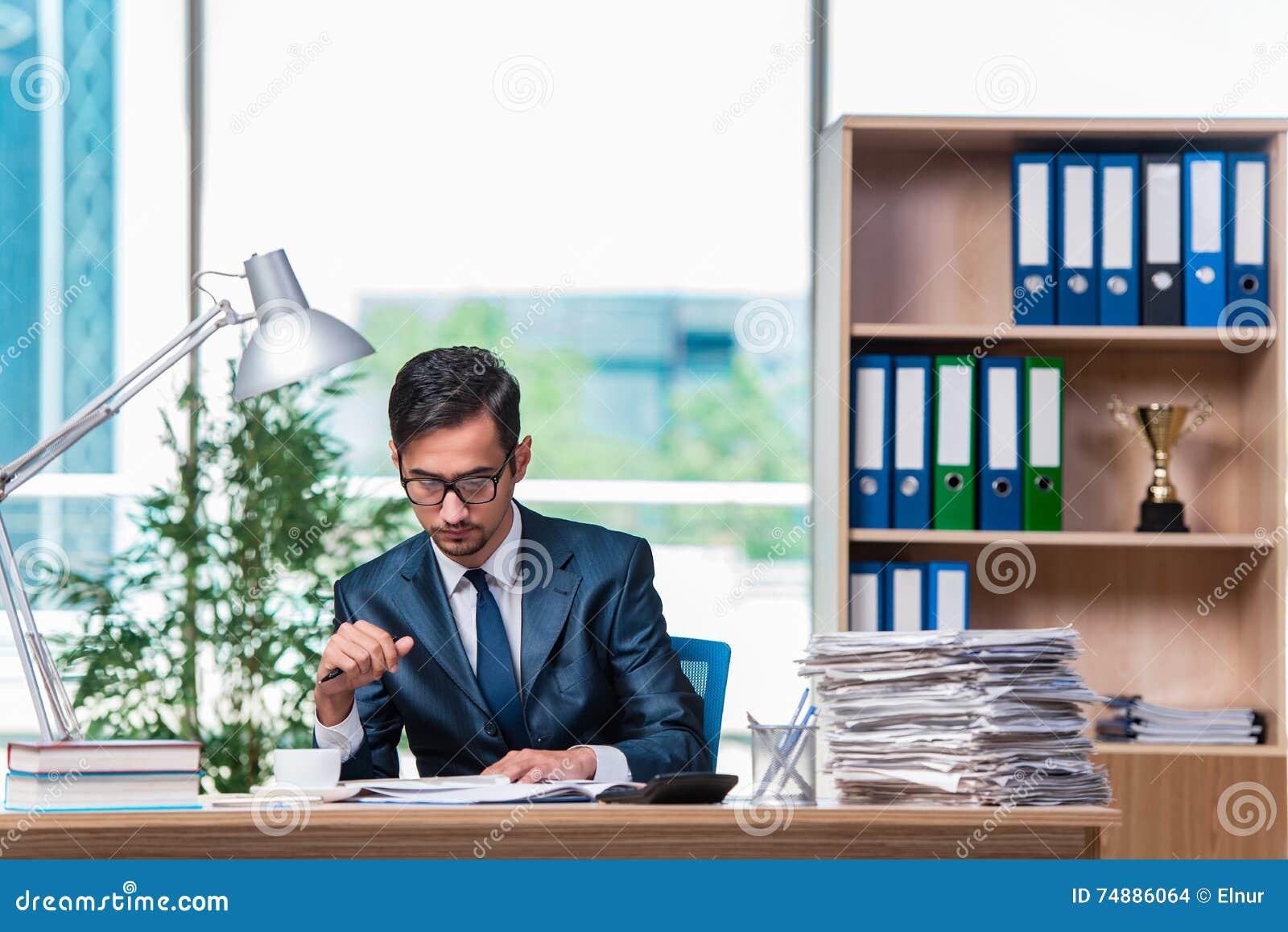 O homem de negócios novo no esforço com lotes do documento