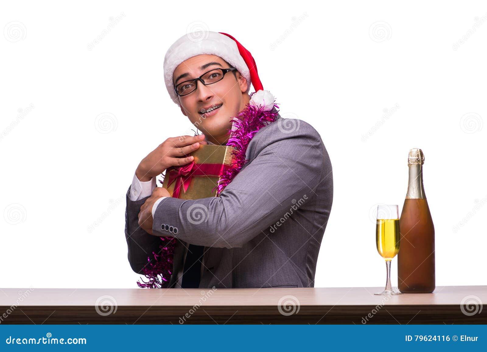 O homem de negócios novo que comemora o Natal no escritório
