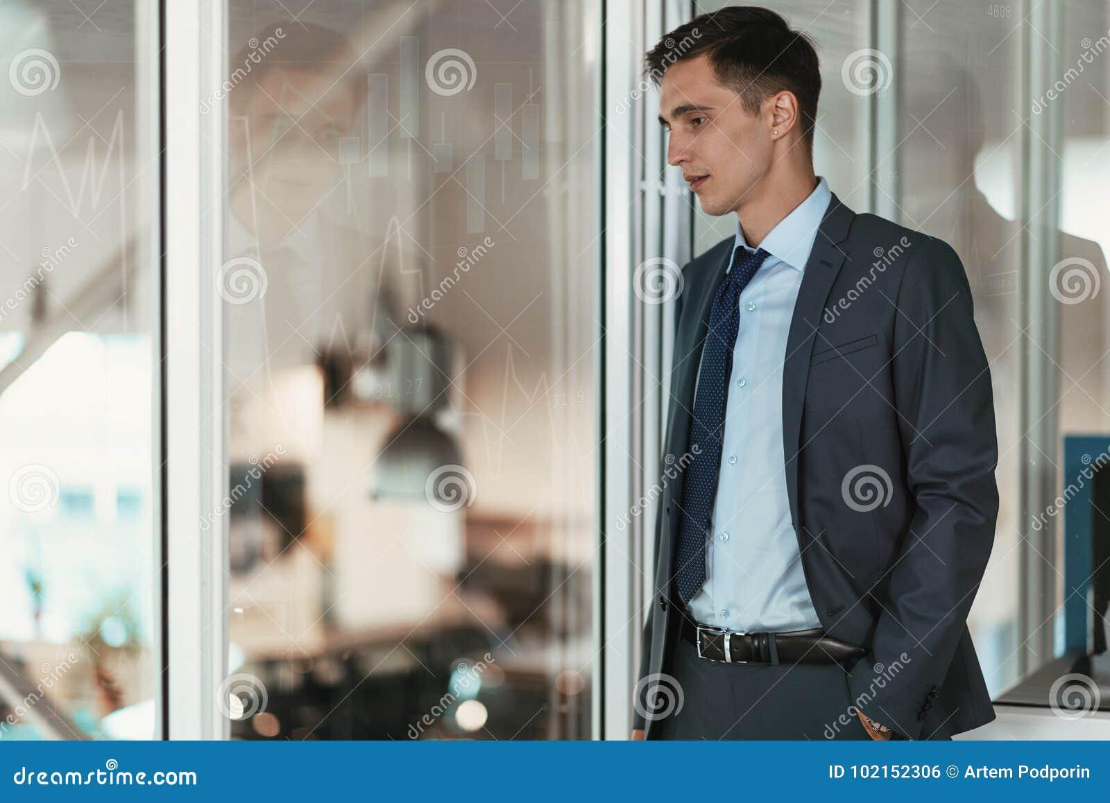 O homem de negócios observa