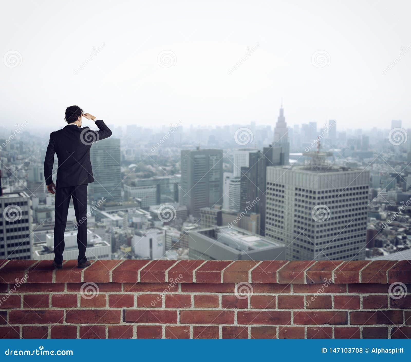 O homem de negócios olha o futuro para oportunidades novas