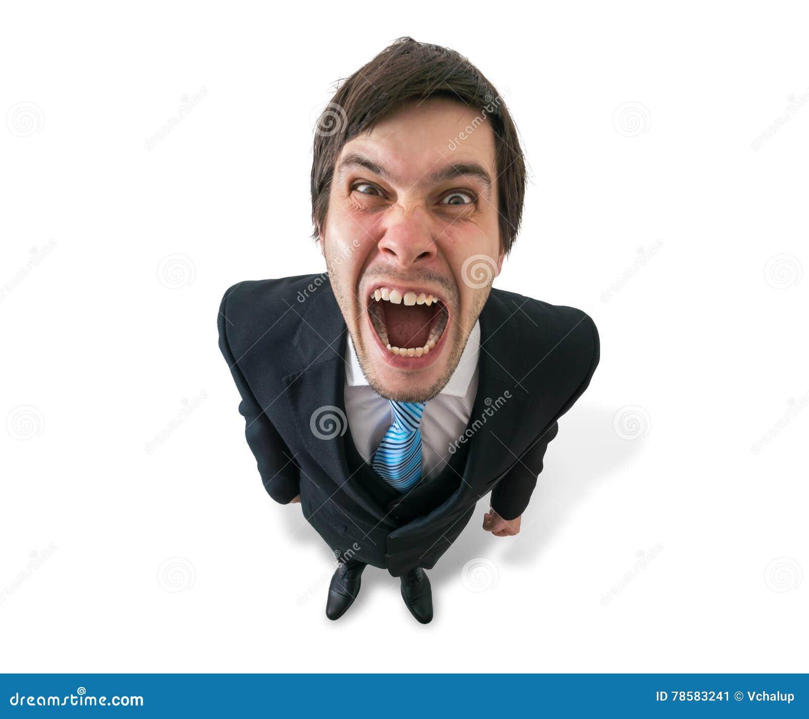 O homem de negócios ou o chefe louco engraçado novo são gritaria Isolado no branco