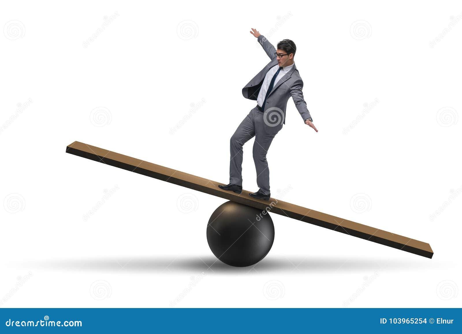 O homem de negócios que equilibra na balancê no conceito da incerteza