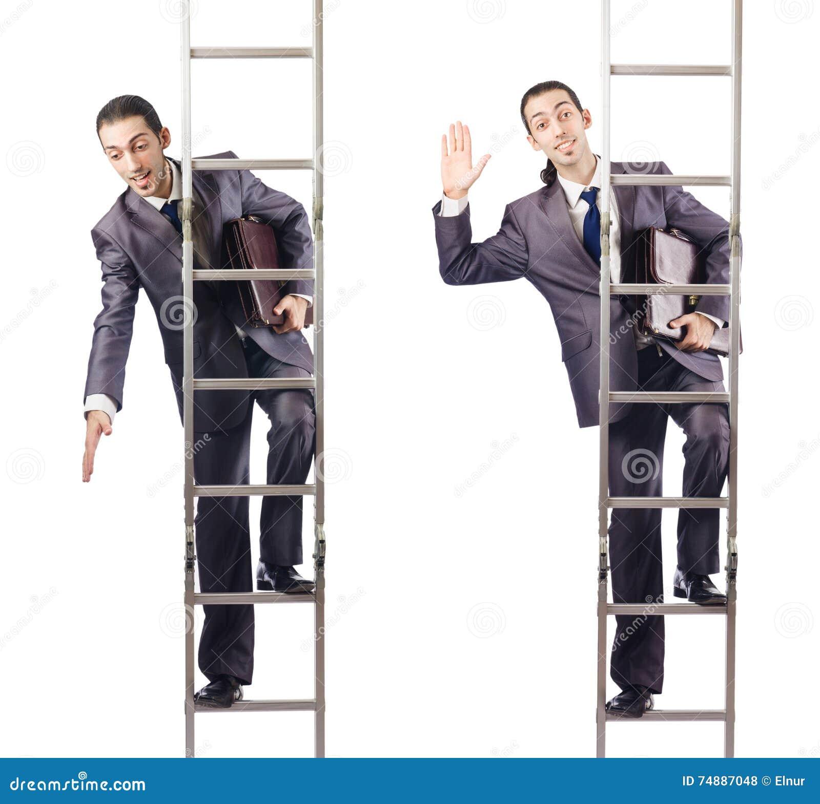 O homem de negócios que escala a escada isolada no branco