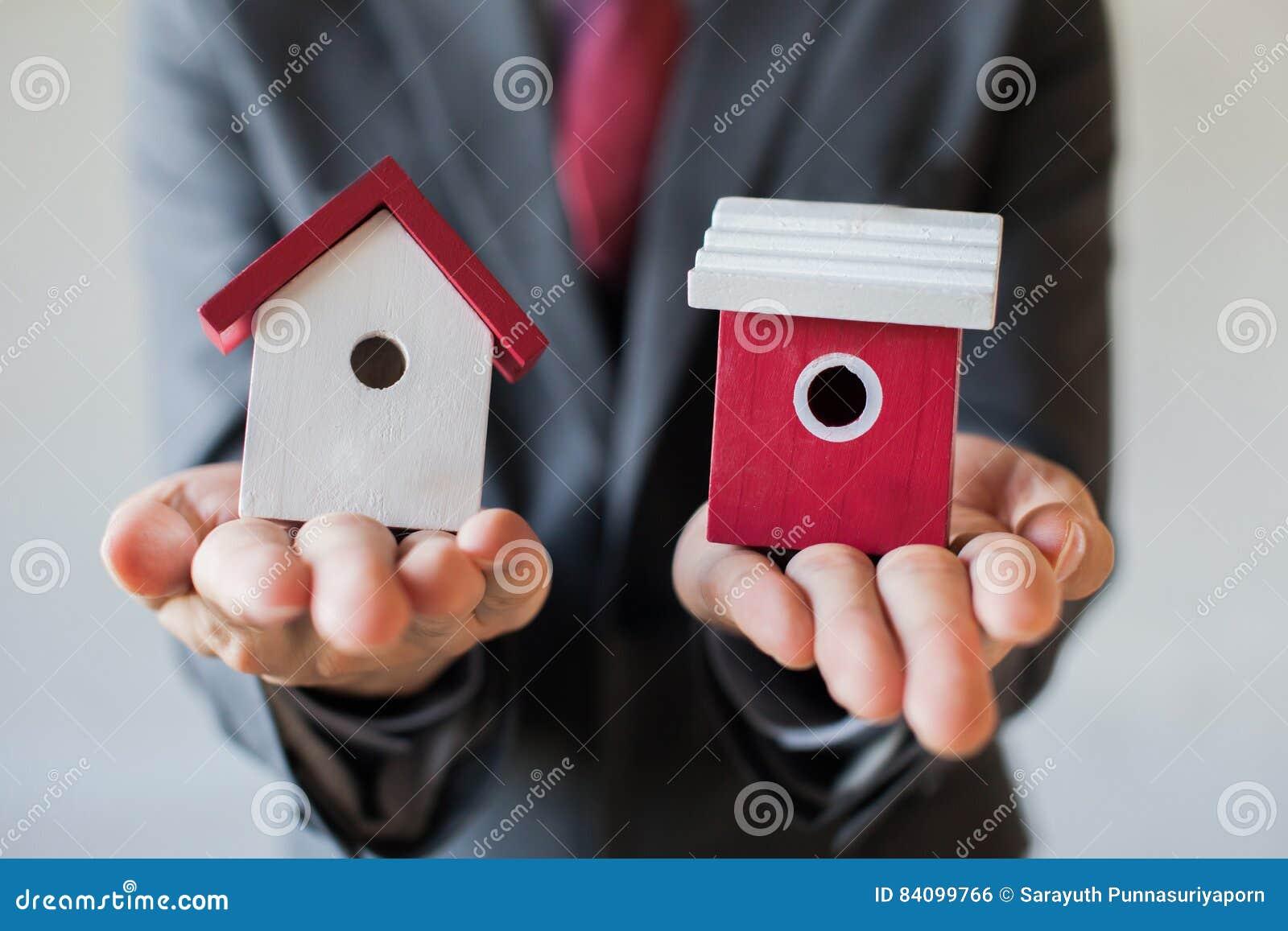 O homem de negócios que guarda duas casas e não pode decidir a escolha da casa direita