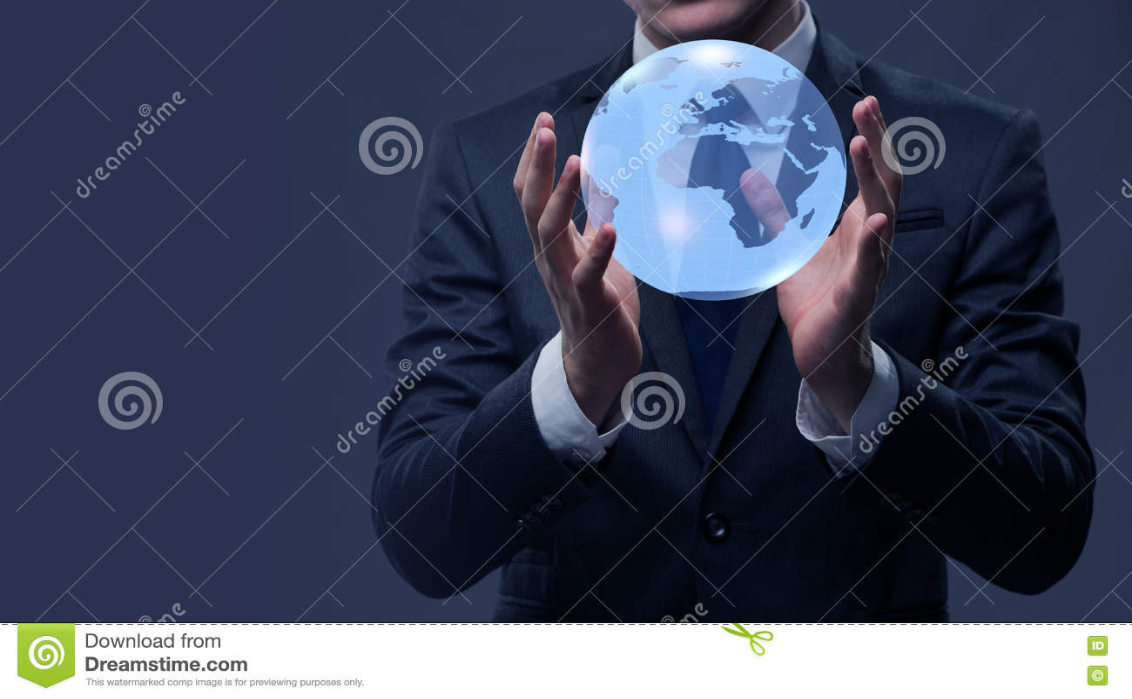 O homem de negócios que guarda o globo no conceito do negócio global