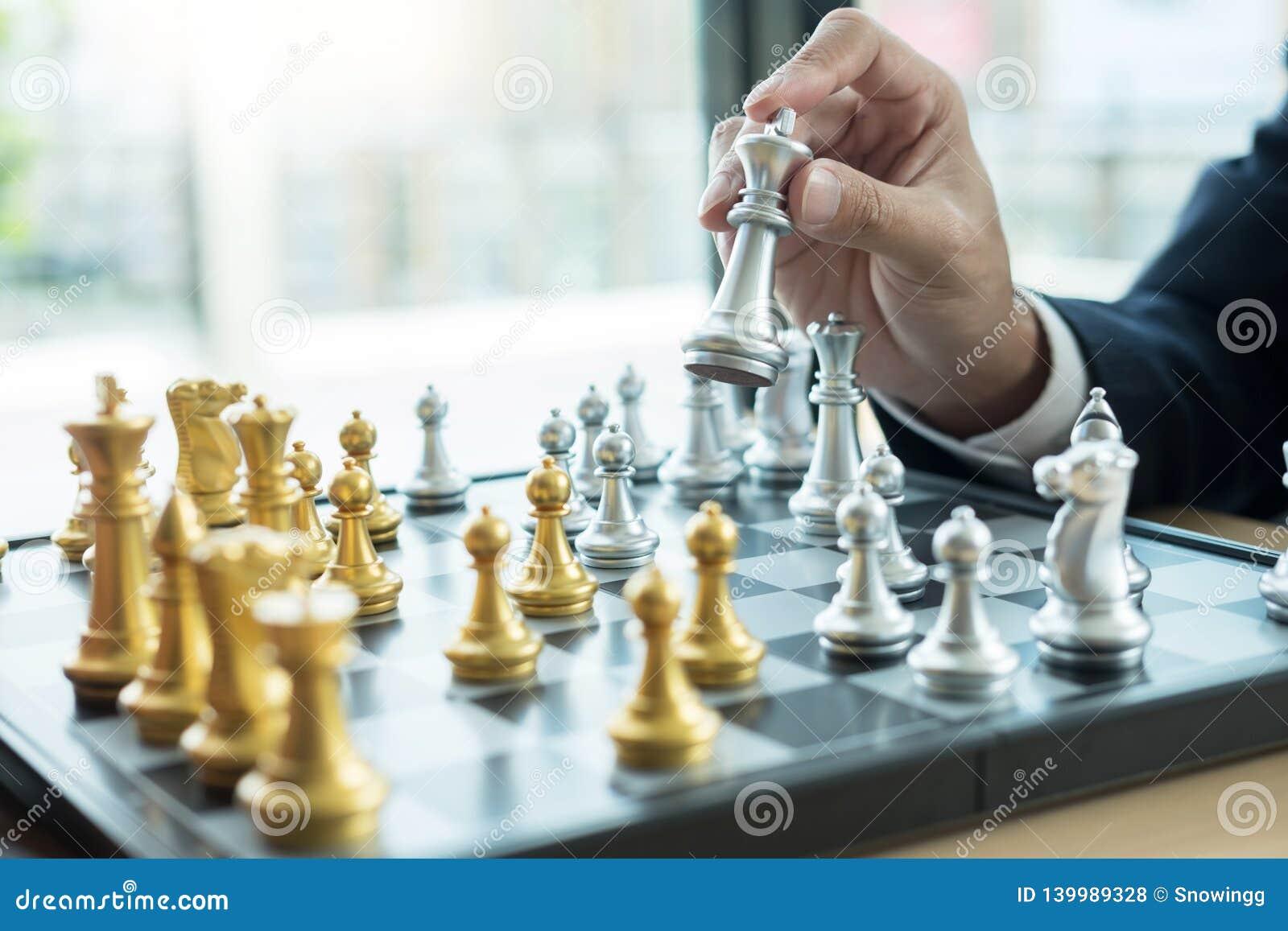 O homem de negócios que joga a figura da xadrez toma a um checkmate um outro rei com equipe, vitória da estratégia ou da gestão o