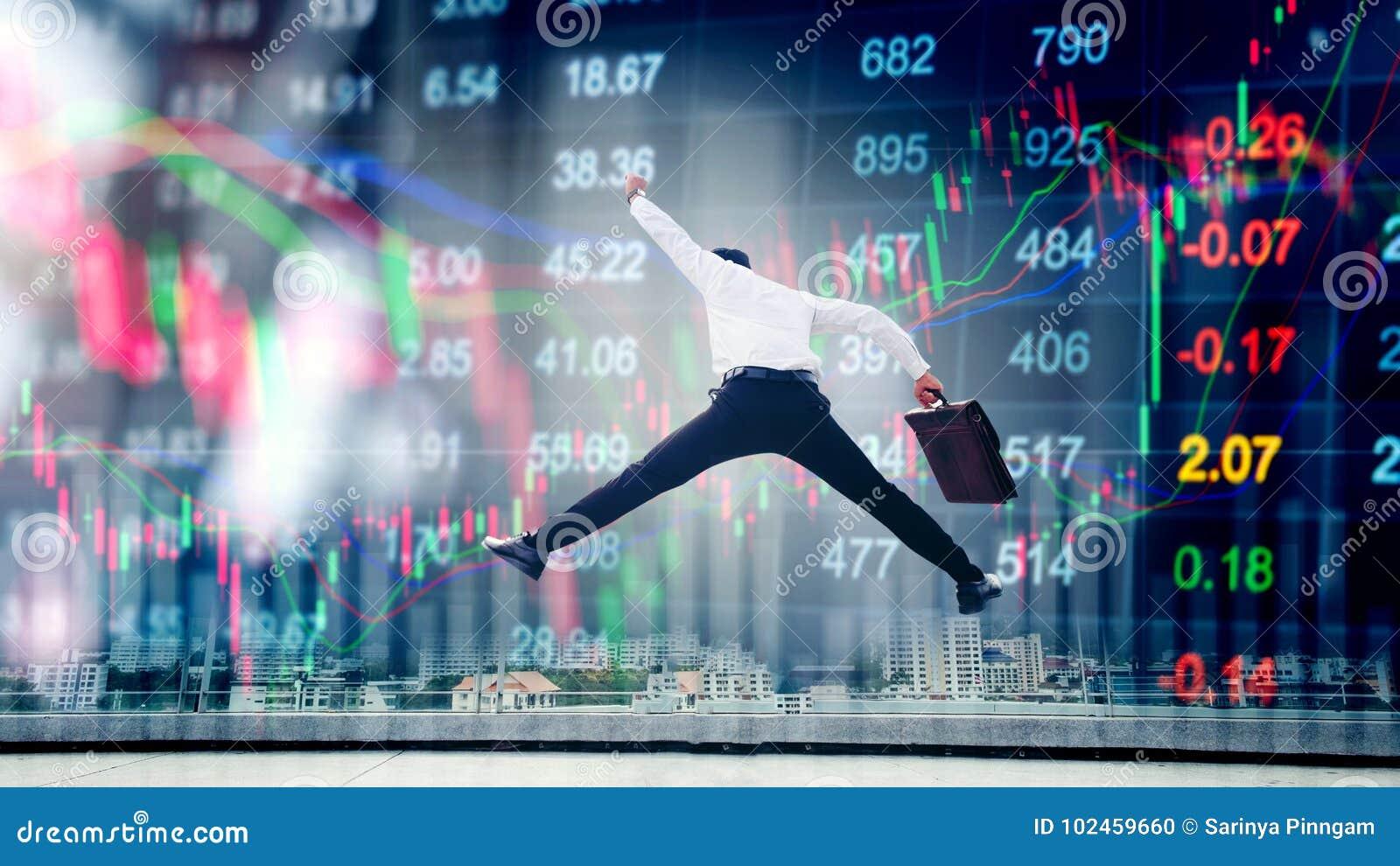 O homem de negócios que salta na troca financeira digital do mercado de valores de ação me