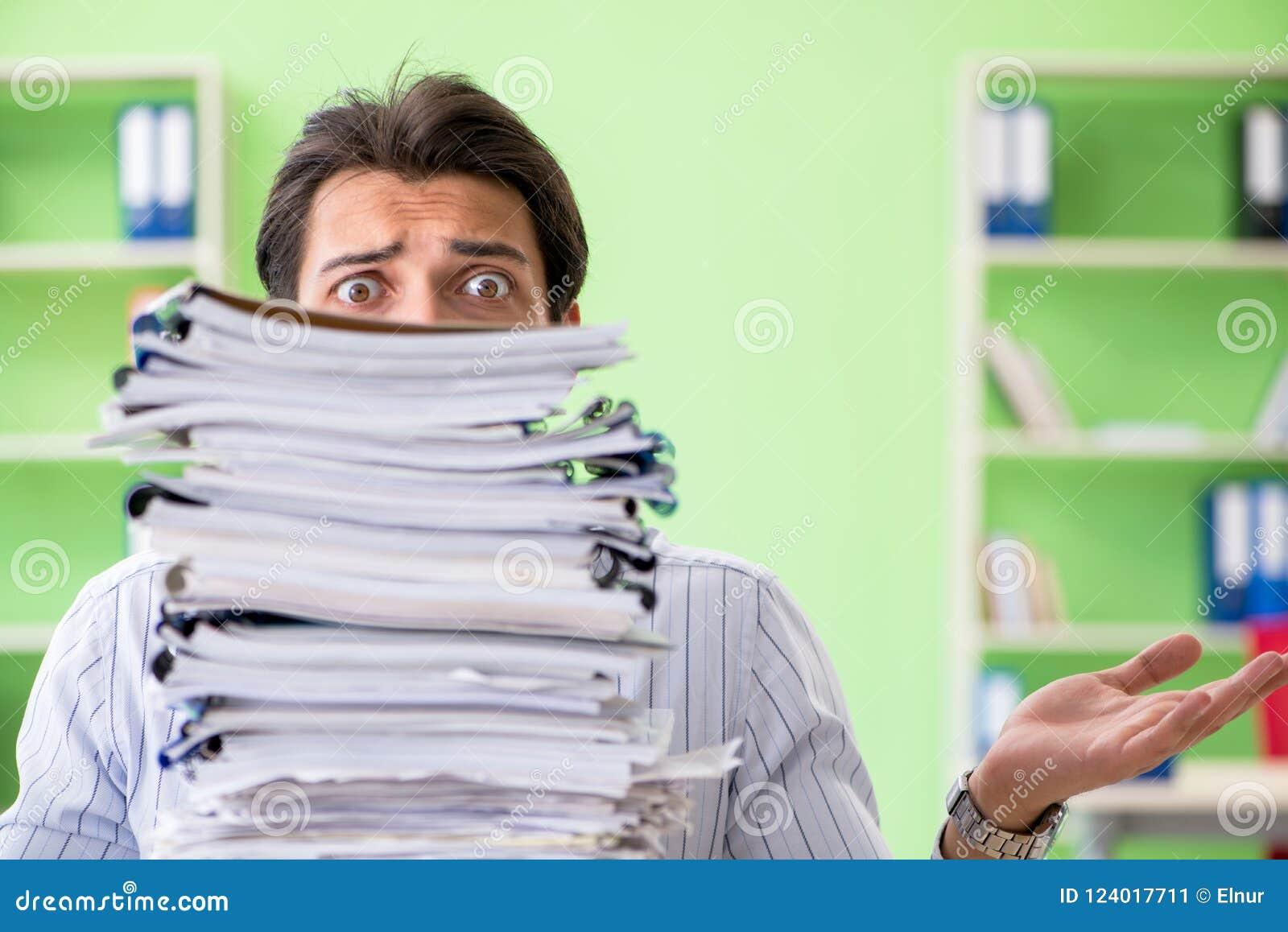 O homem de negócios que tem problemas com documento e carga de trabalho