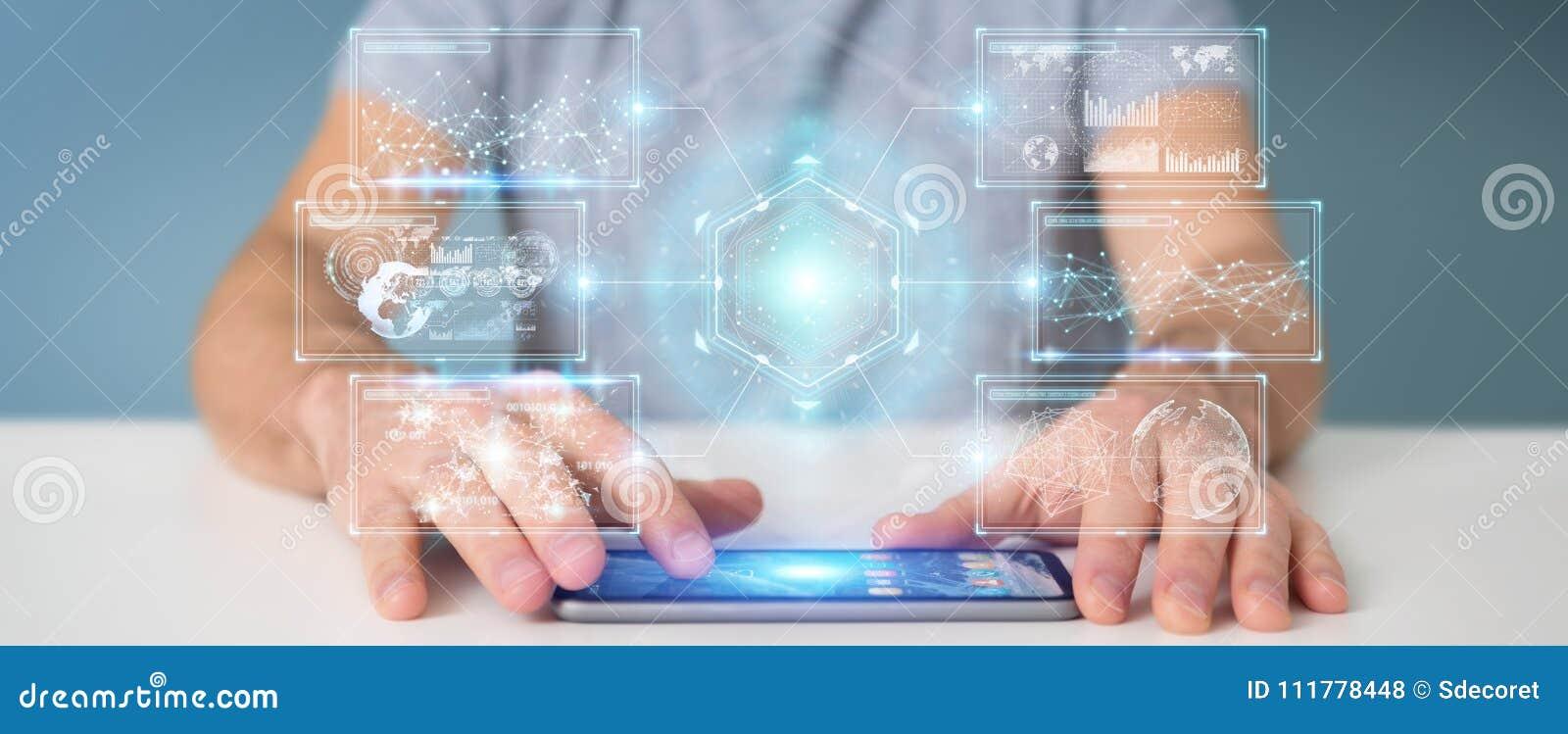 O homem de negócios que usa telas digitais conecta com os dados dos holograma