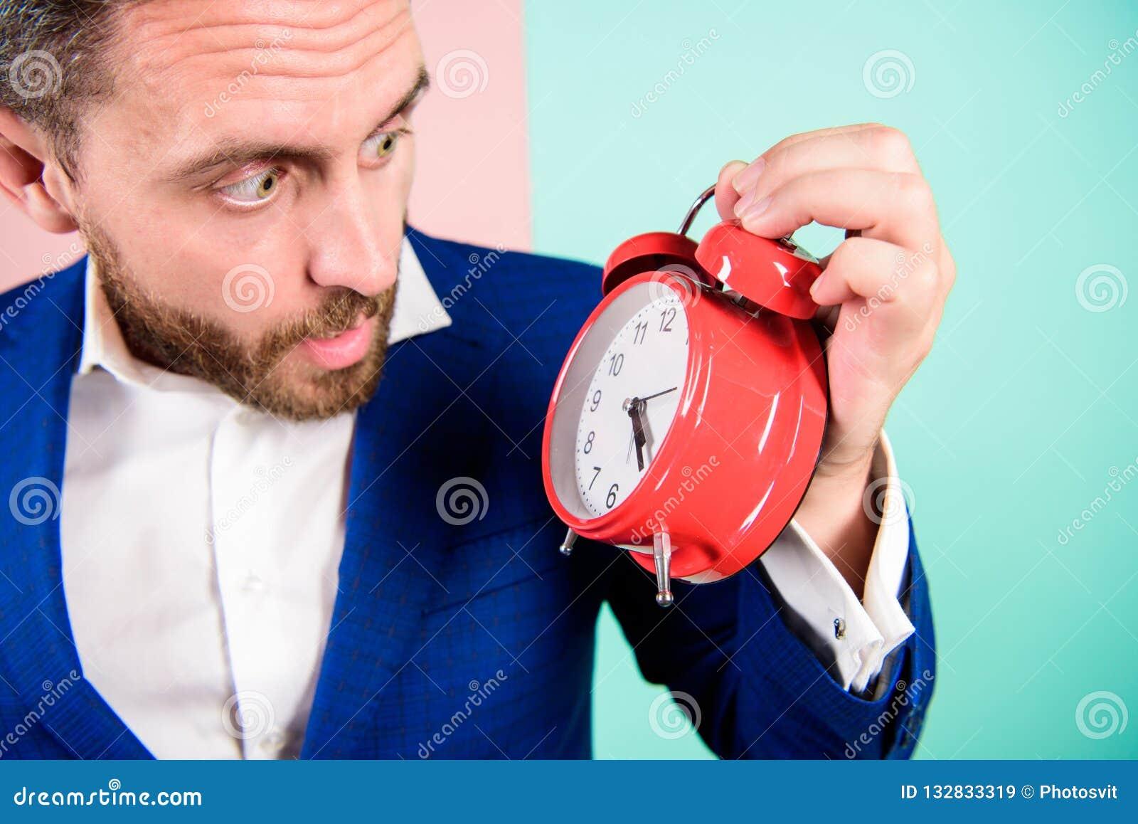 O homem de negócios tem a falta de tempo Habilidades de gestão do tempo Quanto hora saiu até o fim do prazo Hora de trabalhar Hom