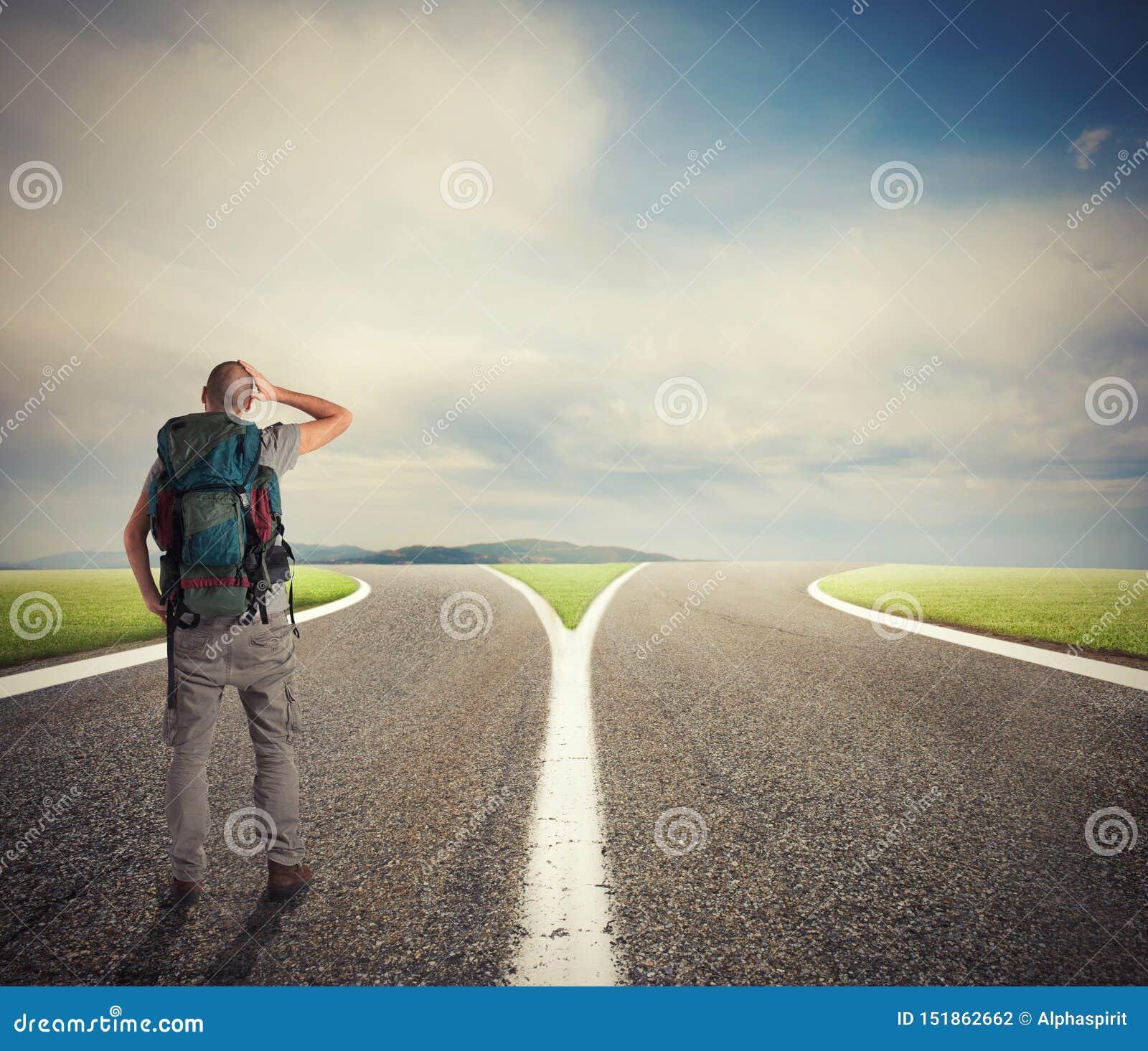 O homem de neg?cios na frente de um crossway deve selecionar a maneira direita