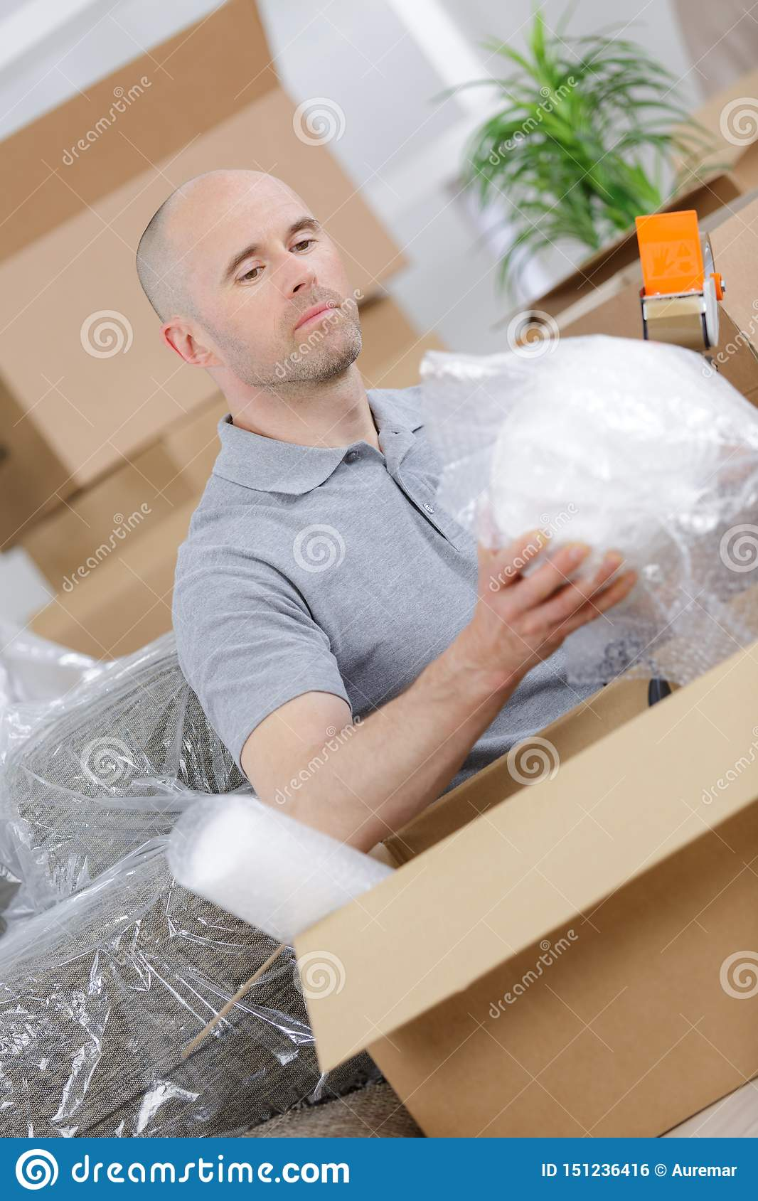 O homem deixa cair caixas de cartão