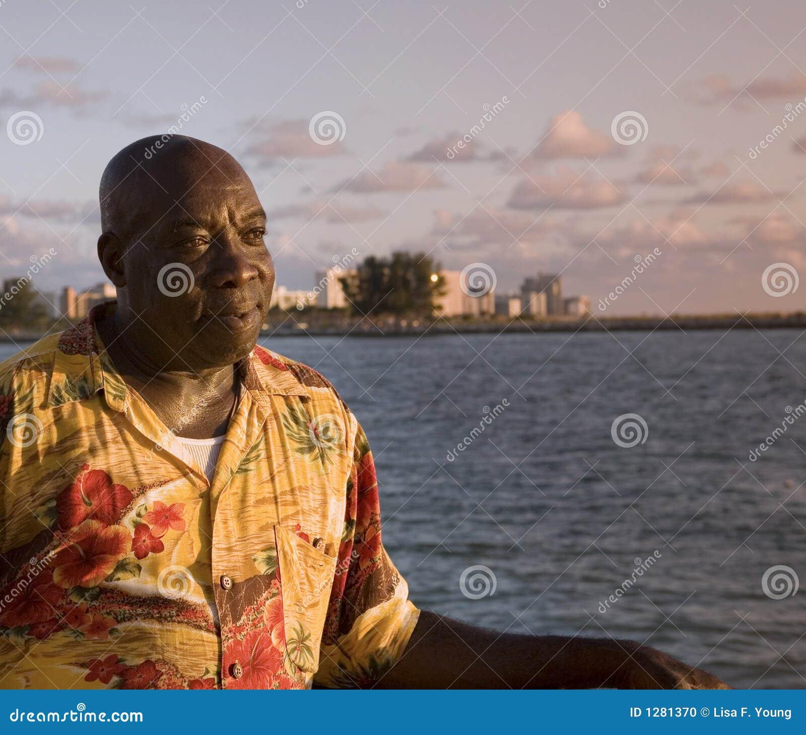 O homem do Cararibe aprecia o por do sol