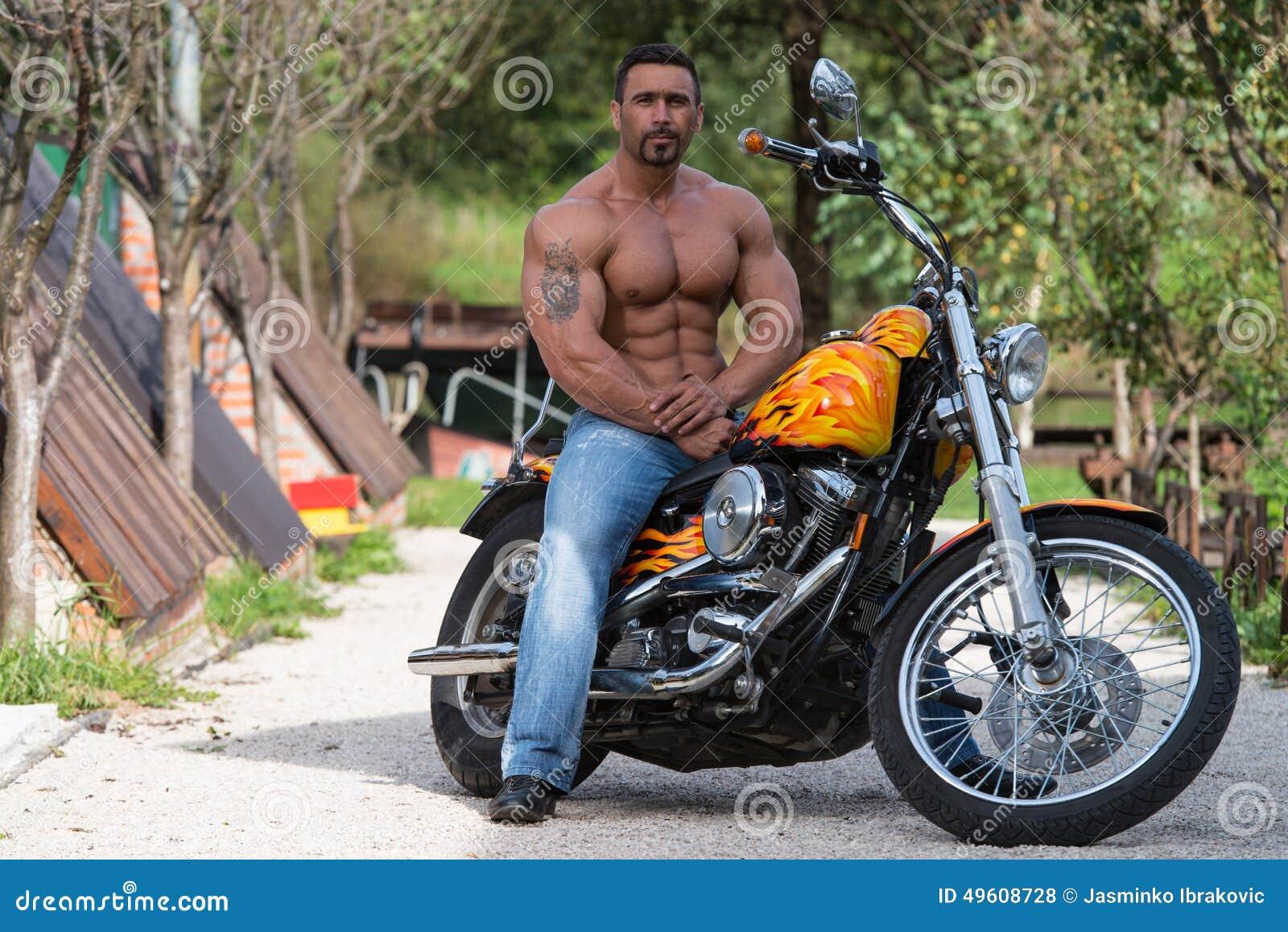 O homem do motociclista senta-se em uma bicicleta