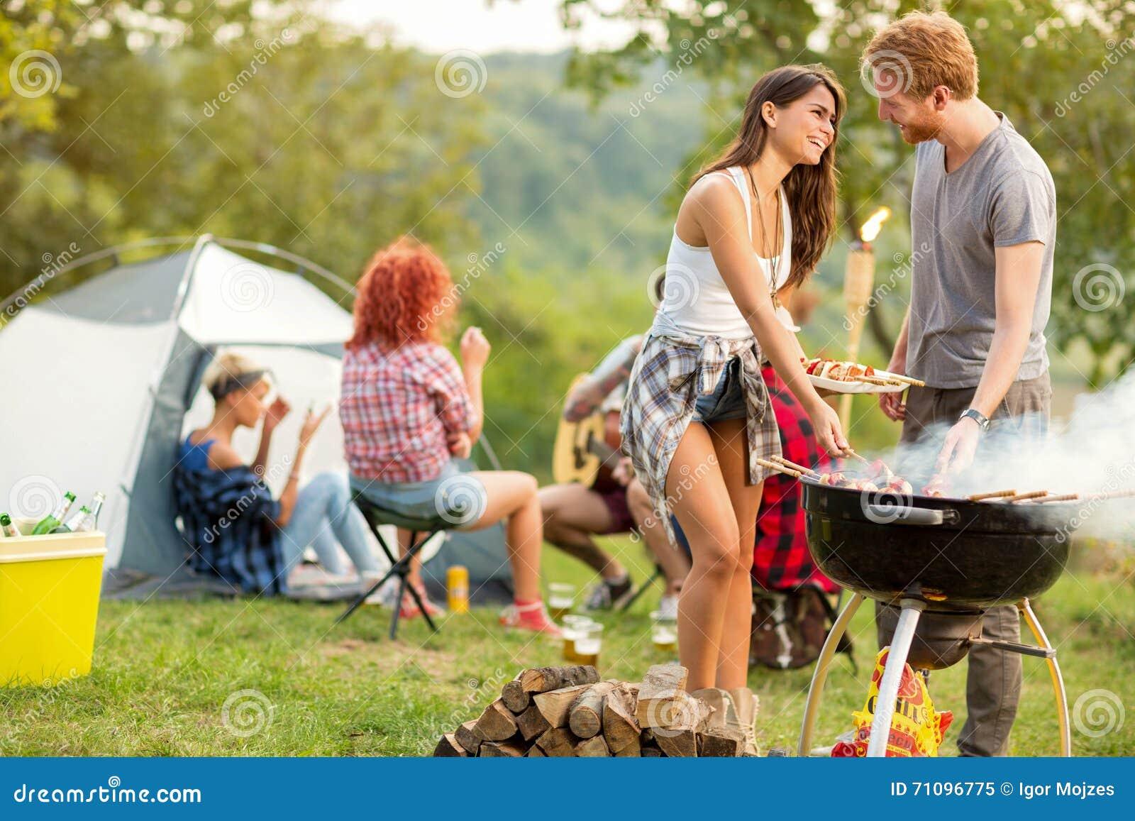 O homem e a fêmea olha-se-rem lovingly quando assado cozido