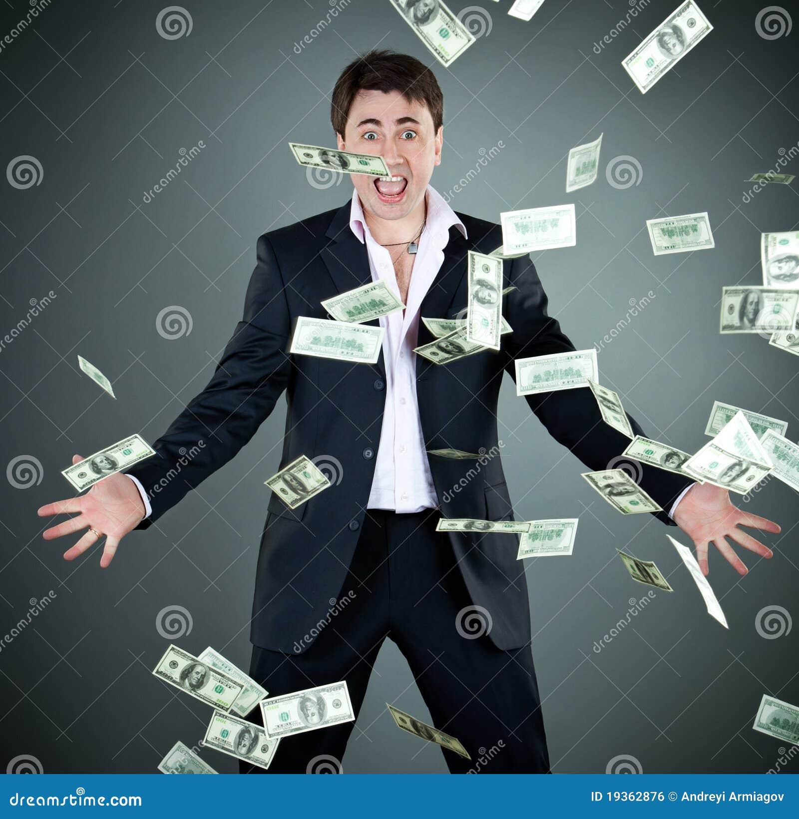 O homem em um terno joga o dinheiro