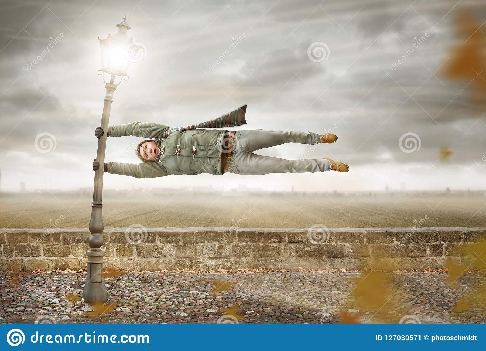 O homem engraçado obtém fundido afastado por uma tempestade