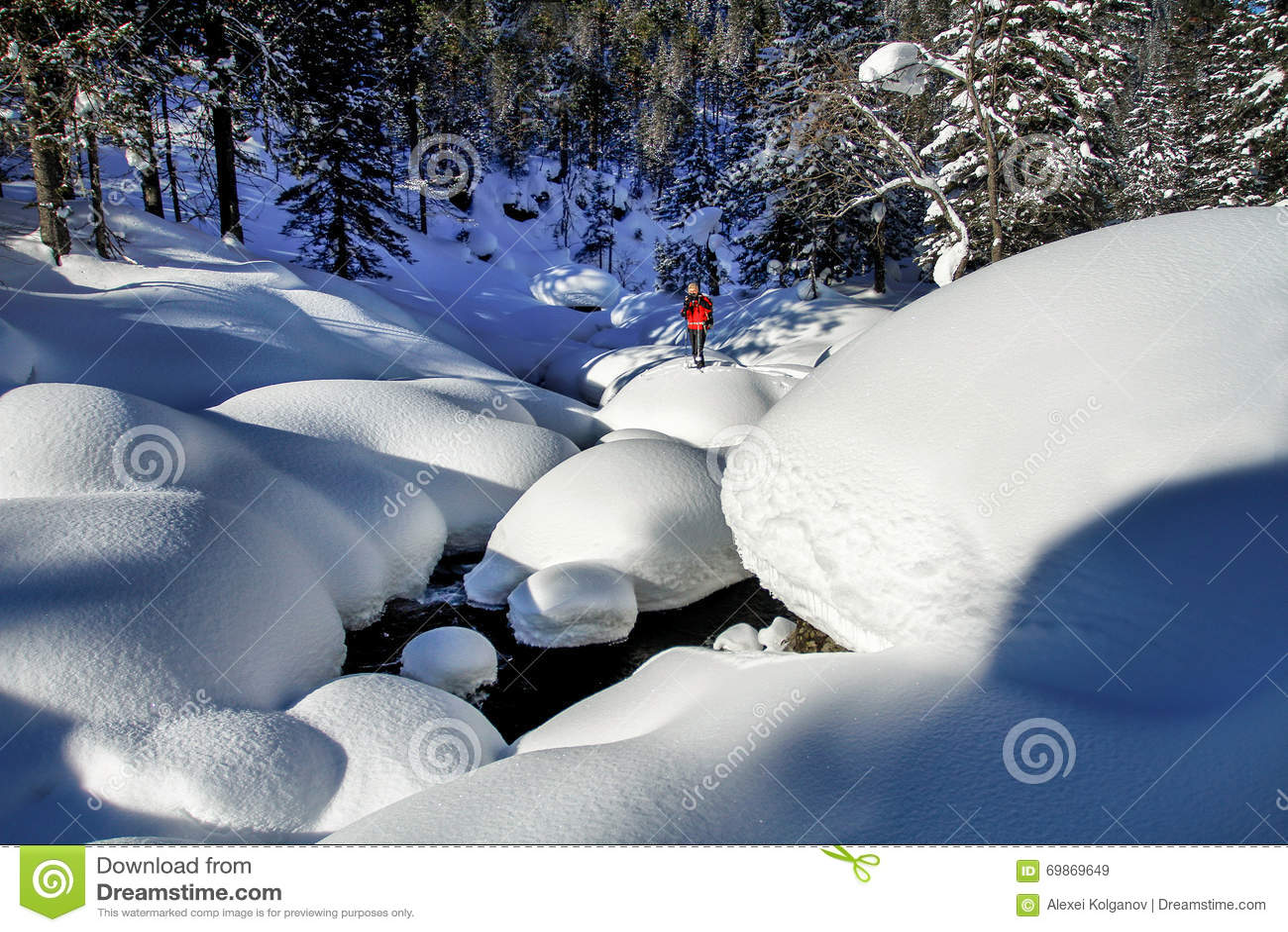 47988361a O Homem Entre Montes De Neve Na Madeira Siberian Imagem de Stock ...