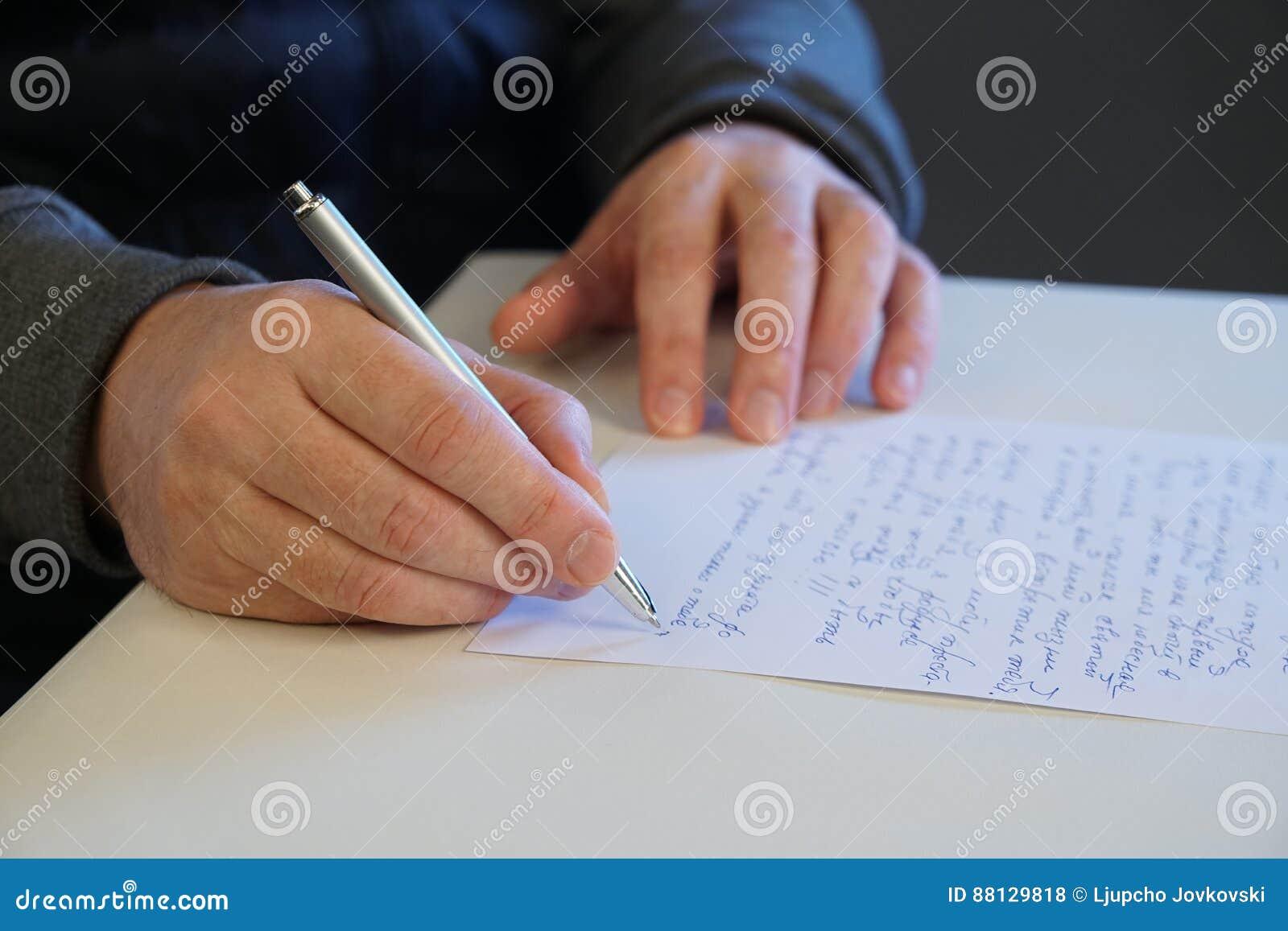 O homem escreve a letra