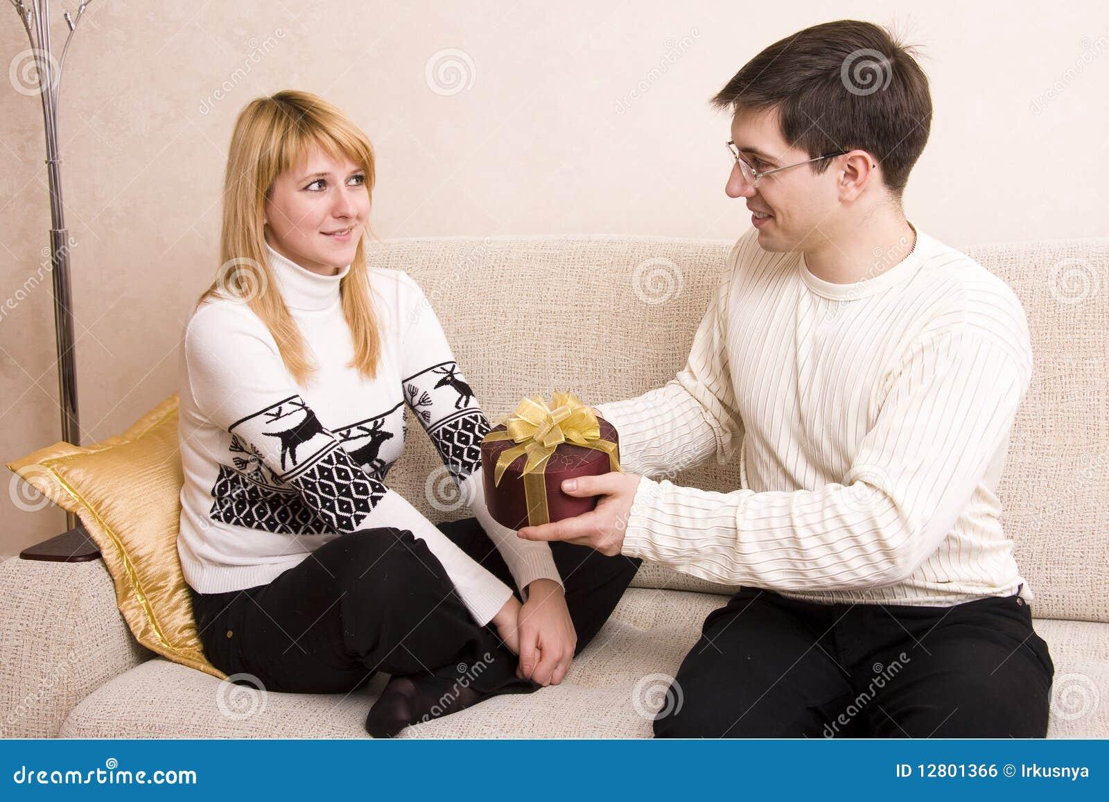O homem está dando a mulher dos presentes no Valentim? dia de s.