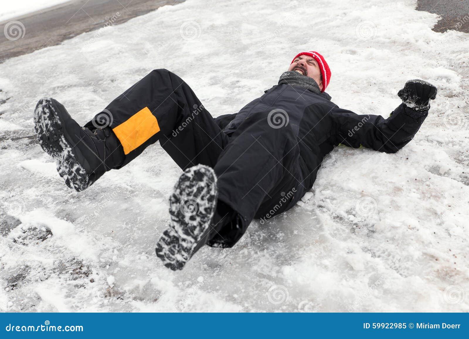 O homem está encontrando-se em uma maneira gelada