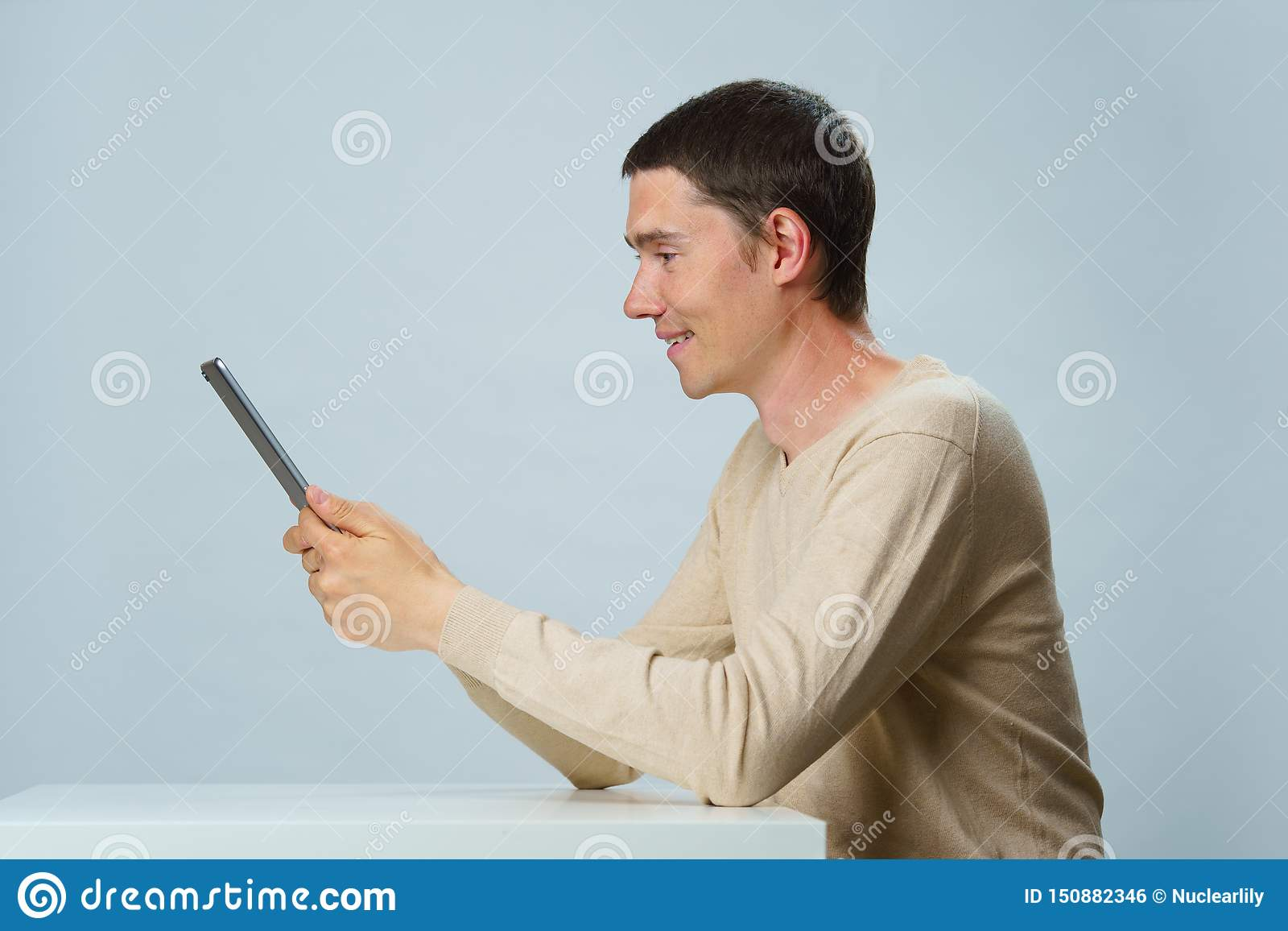 O homem está usando o tablet pc para uma comunicação no bate-papo ou no bate-papo video Conceito social dos media