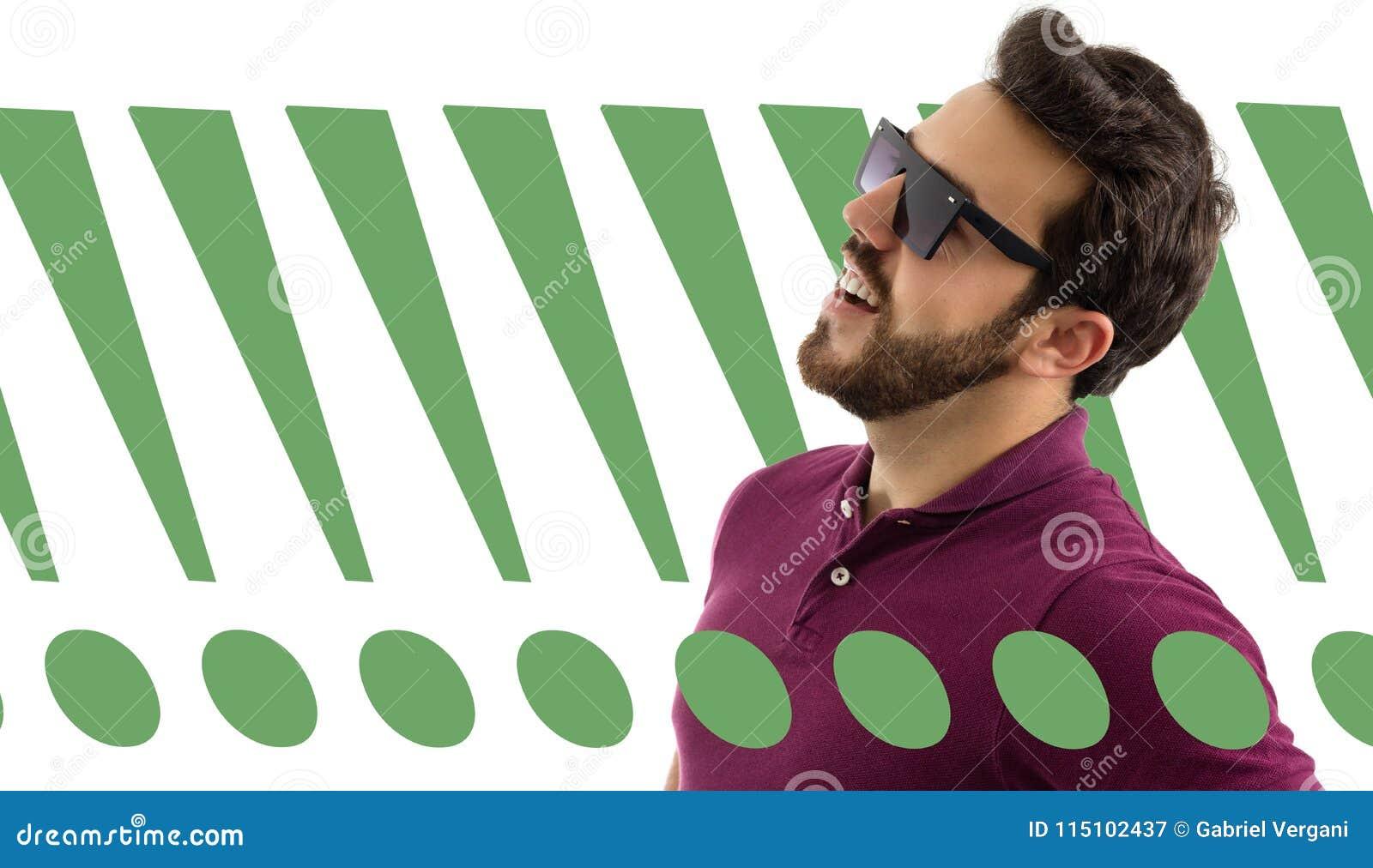 O homem está vestindo óculos de sol e está fundindo - acima Bonito e farpado 043a73a5a7