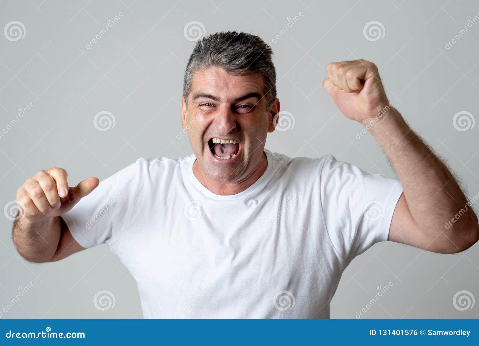 O homem exulta em conseguir seu objetivo, wining a loteria ou tendo o grande sucesso em emoções humanas da expressão da cara surp