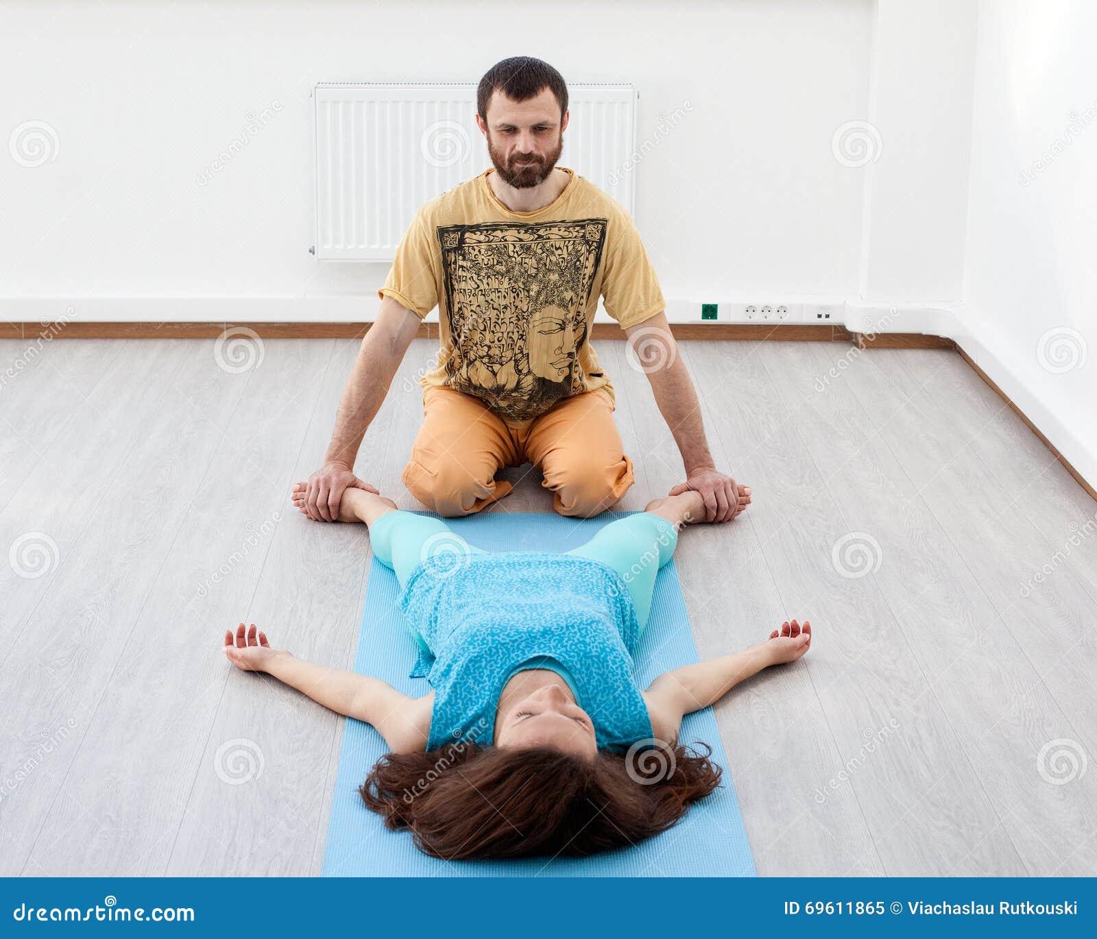 O homem faz massagens da mulher
