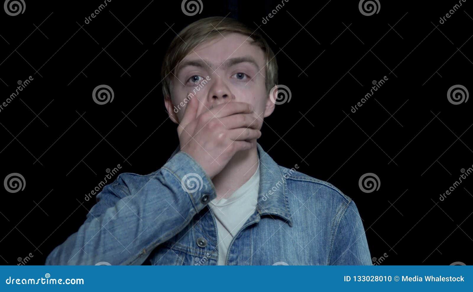 O homem fecha a cara com mão na frustração O homem novo é decepcionado e entendido mal Expressões faciais humanas e