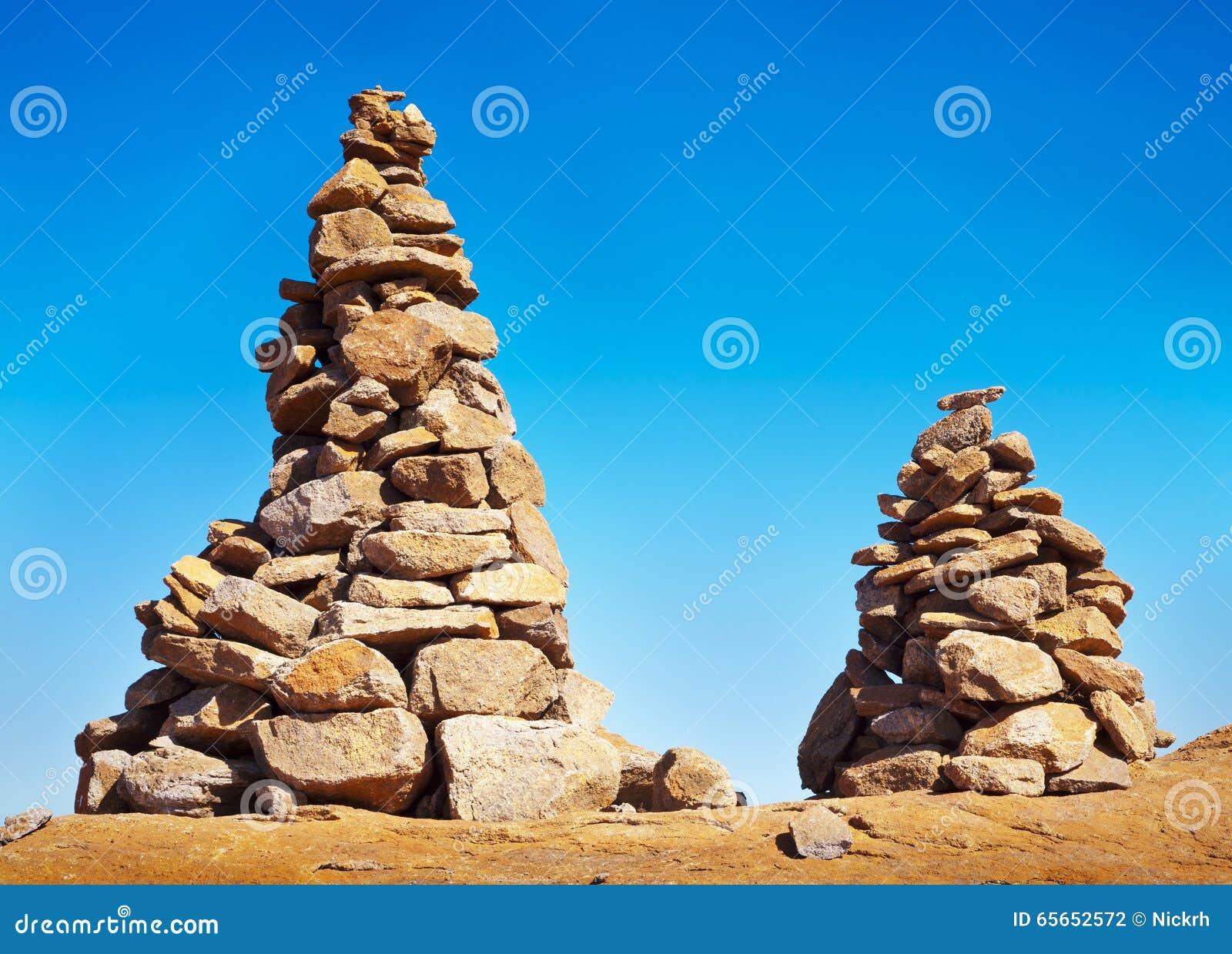 d2c167518 O homem dois fez os montes de pedras de pedra sobre uma montanha em um dia  azul