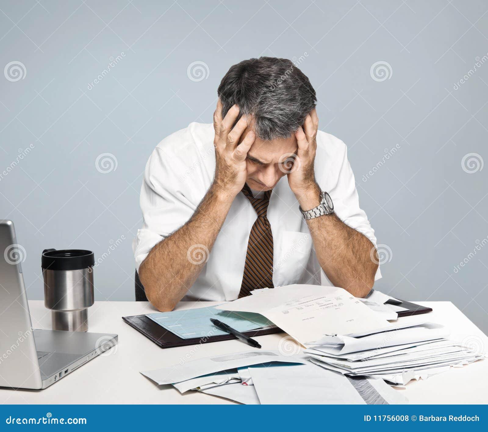 O homem frustrante preocupa-se sobre contas por pagar da economia