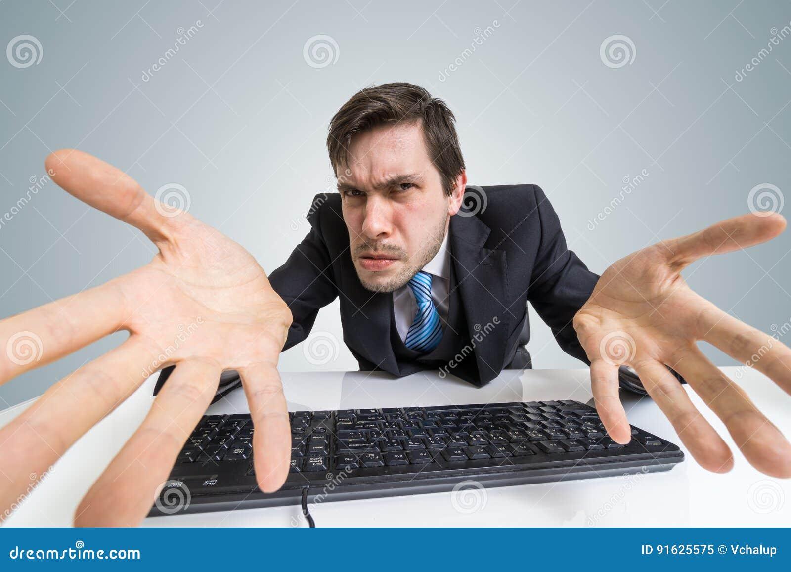 O homem irritado e confuso forçado está trabalhando com computador