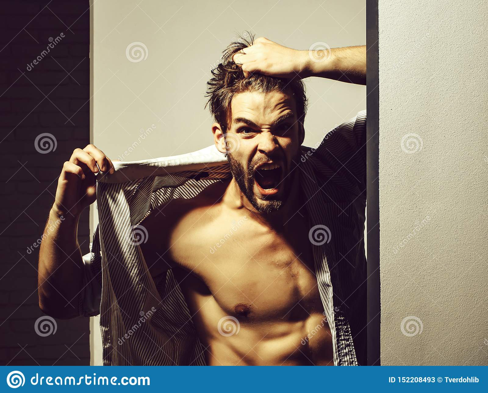 O homem irritado mostra o torso do m?sculo