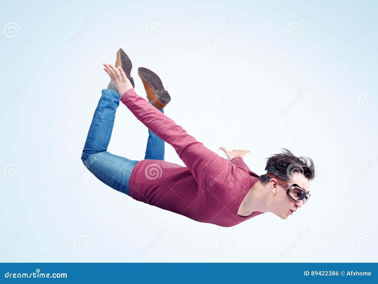 O homem louco nos óculos de proteção está voando no céu Conceito da ligação em ponte