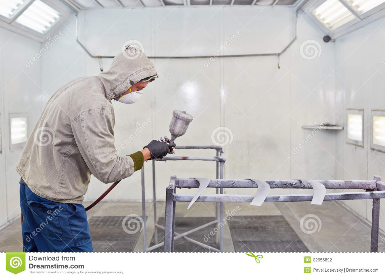 O homem na roupa protetora trabalha na cabine da pintura - Pintura para pistola ...