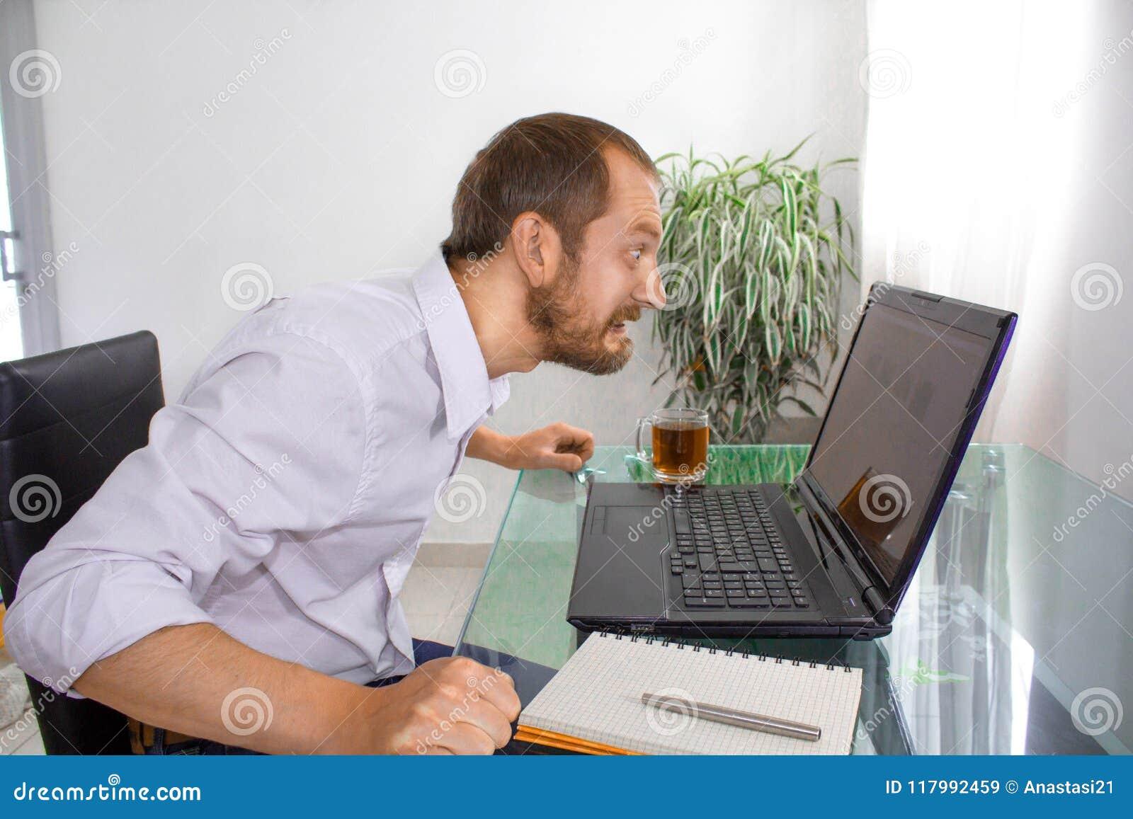 O homem no computador está irritado