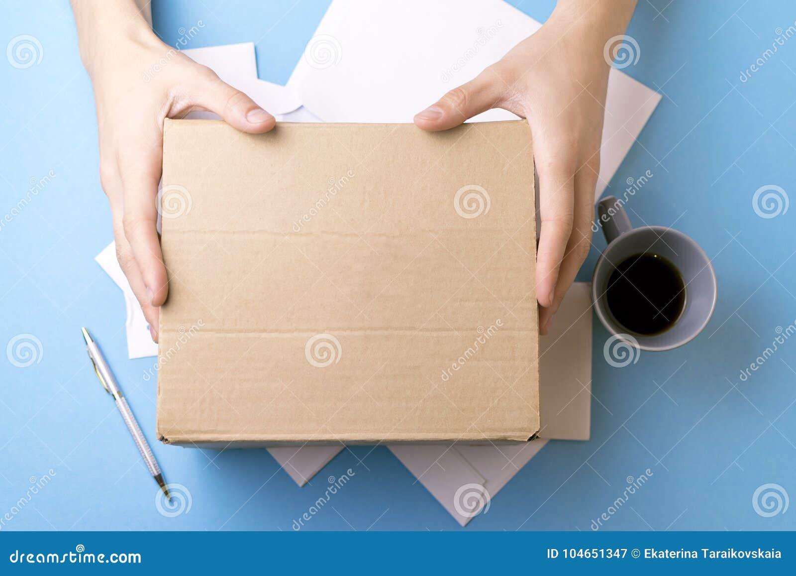 O homem novo assina as letras e os pacotes O conceito do fornecimento de serviços, a estação de correios