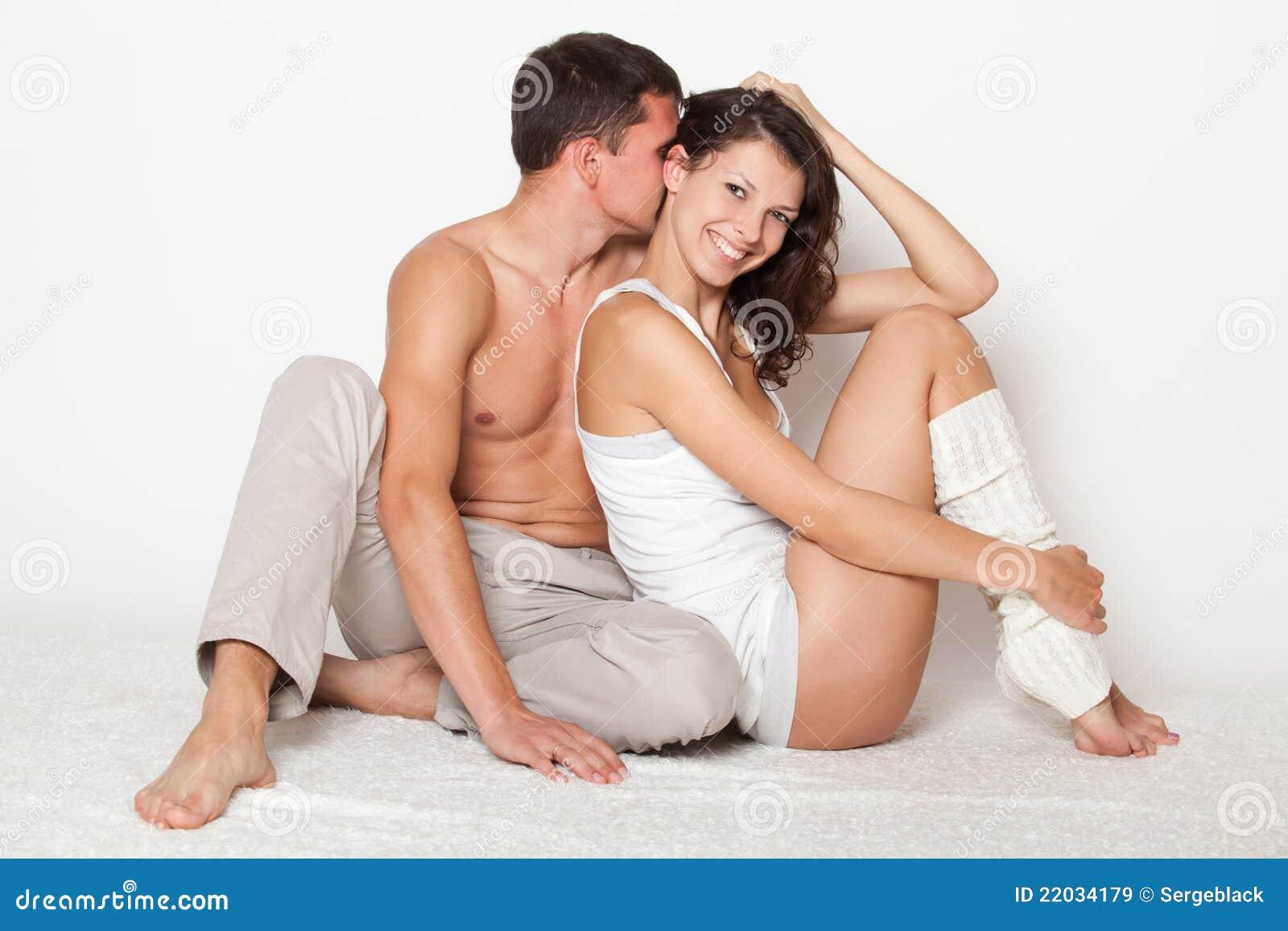 O homem novo beija macia a mulher