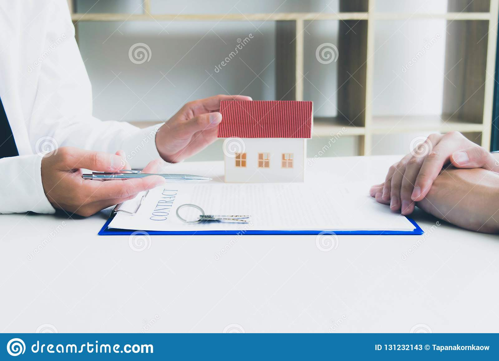 O homem novo estava a ponto de aprovar o dinheiro para alugar uma casa e um carro