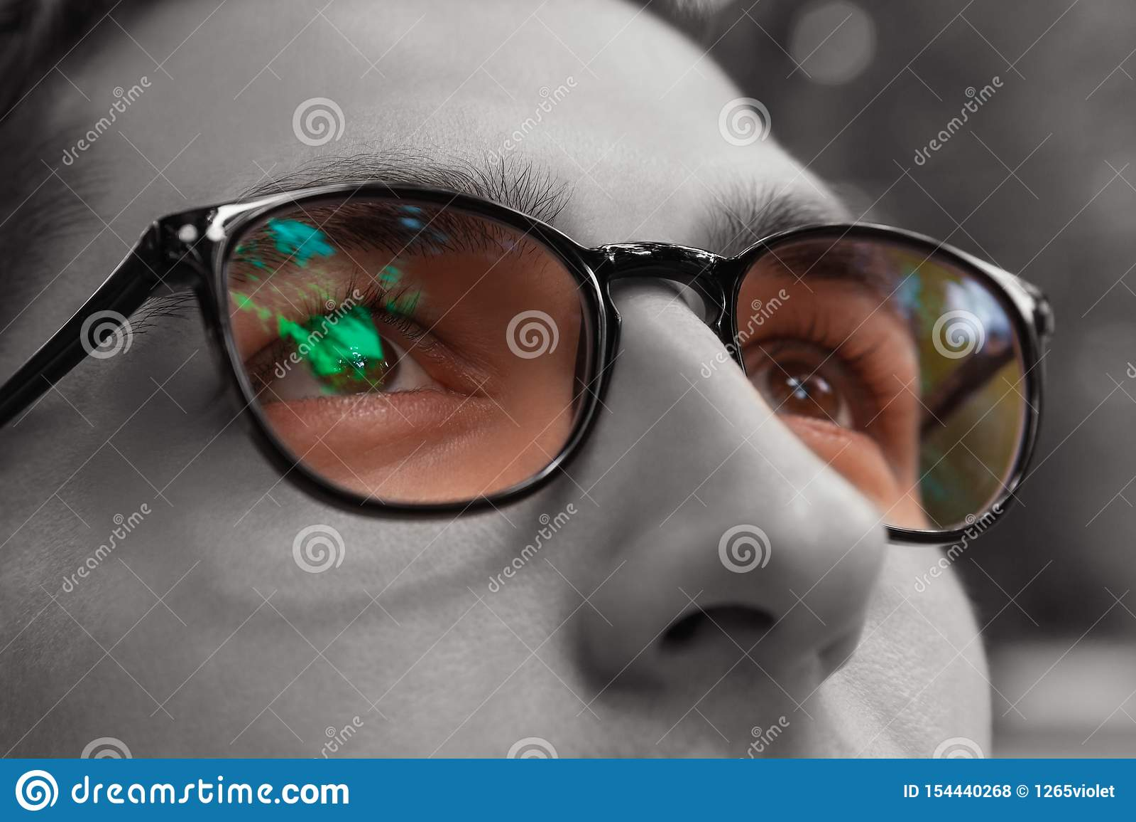 O homem novo obtém vidros vestindo da vista brilhante colorida Eyewear para melhorar a visão Feche acima dos olhos