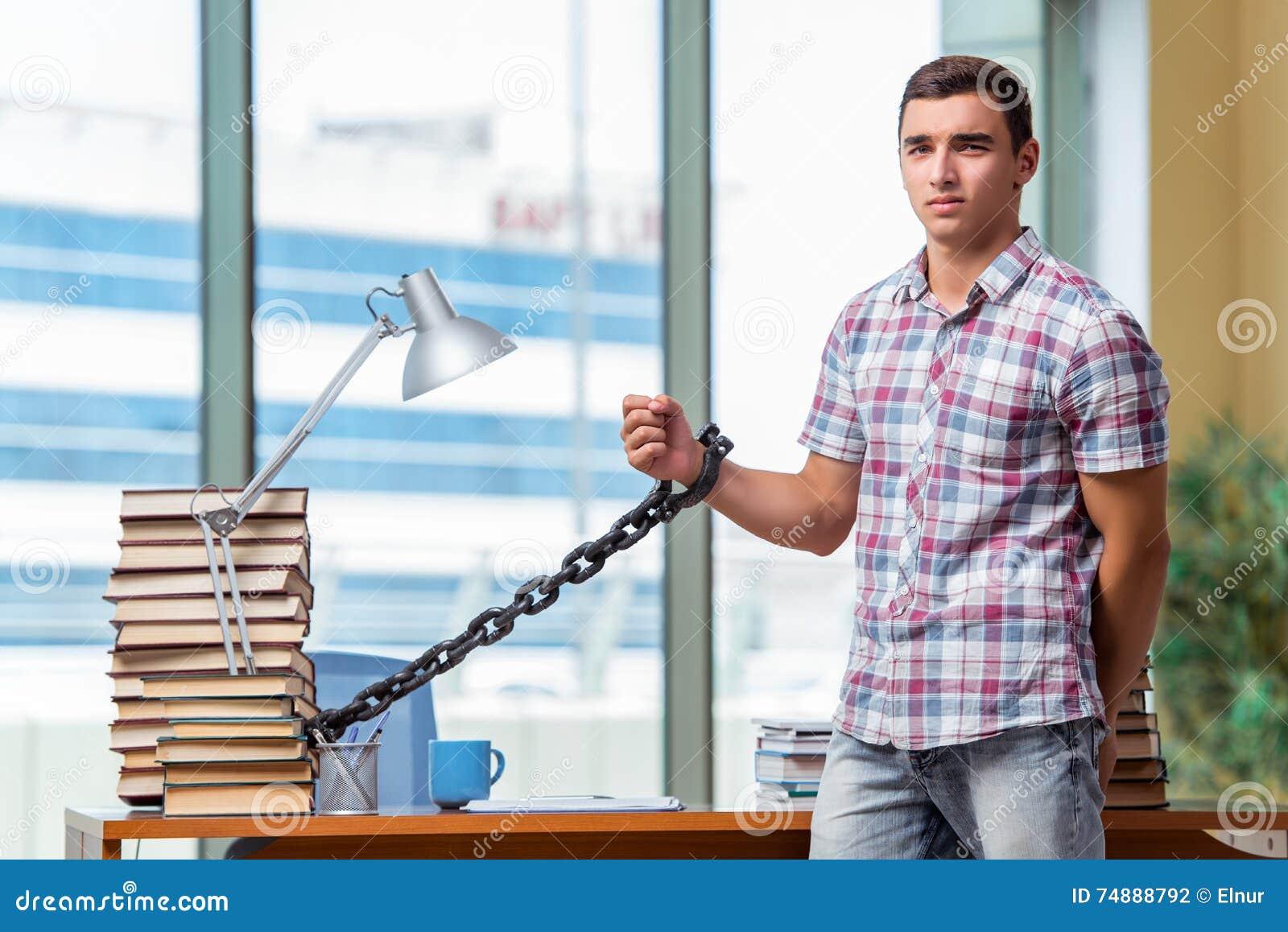 O homem novo que prepara-se para exames da graduação na faculdade
