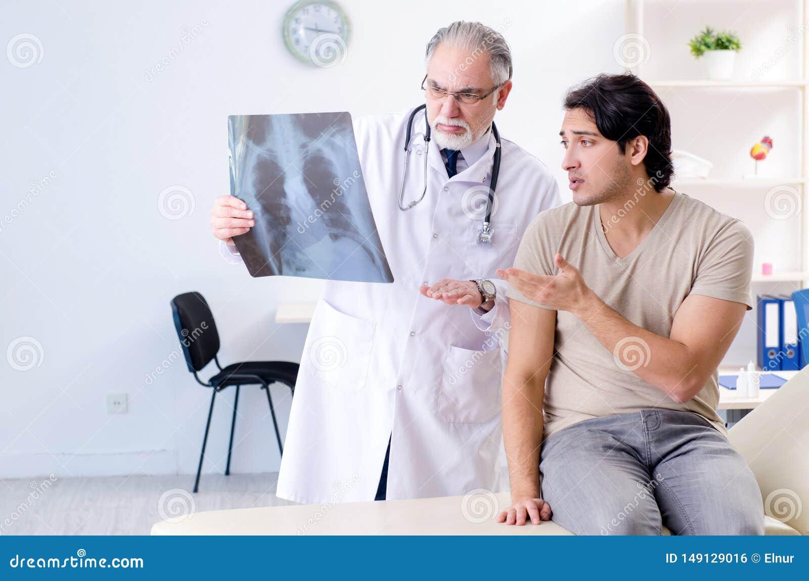 O homem novo que visita o radiologista masculino idoso do doutor