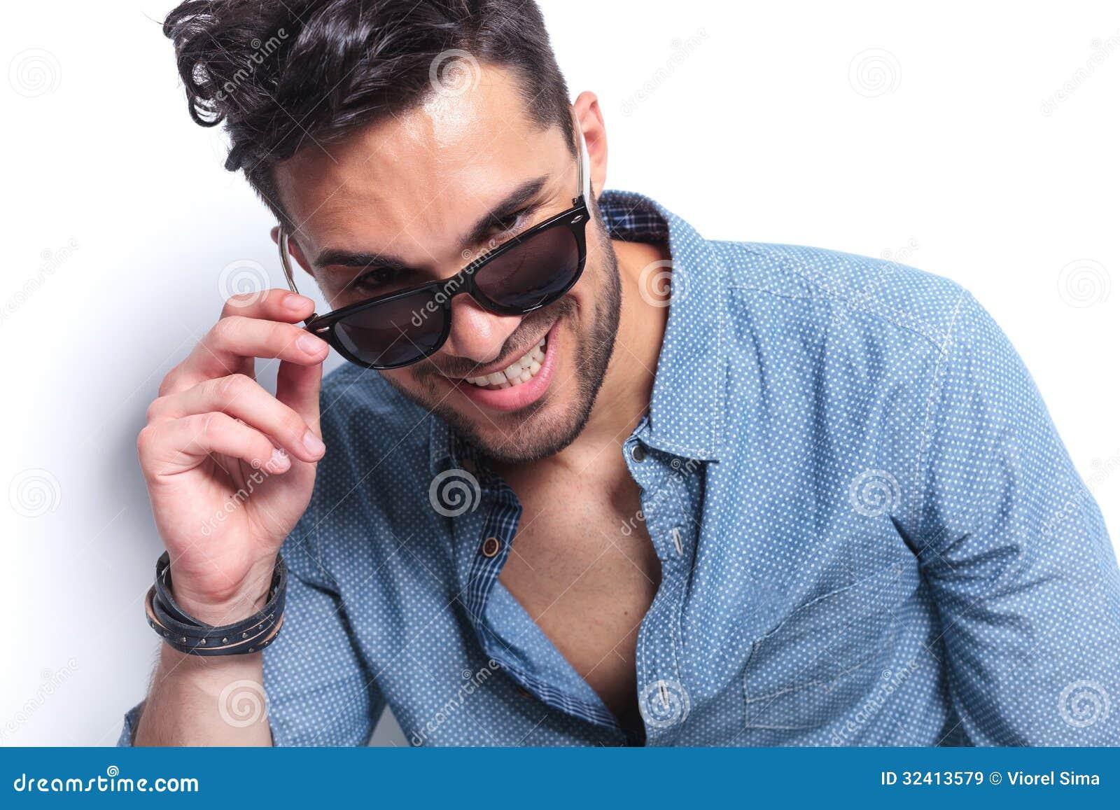 O homem ocasional decola óculos de sol