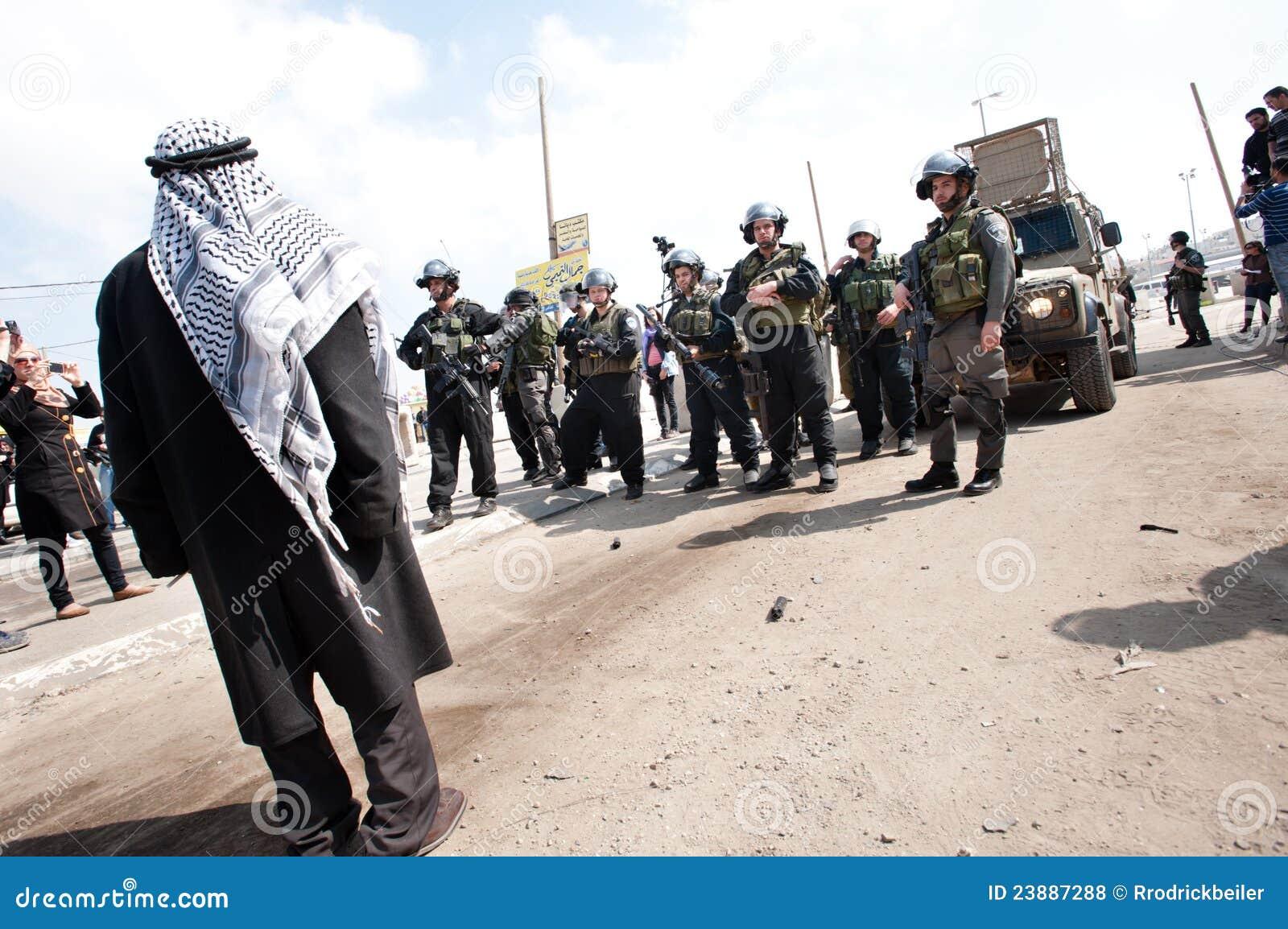 O homem palestino confronta soldados israelitas