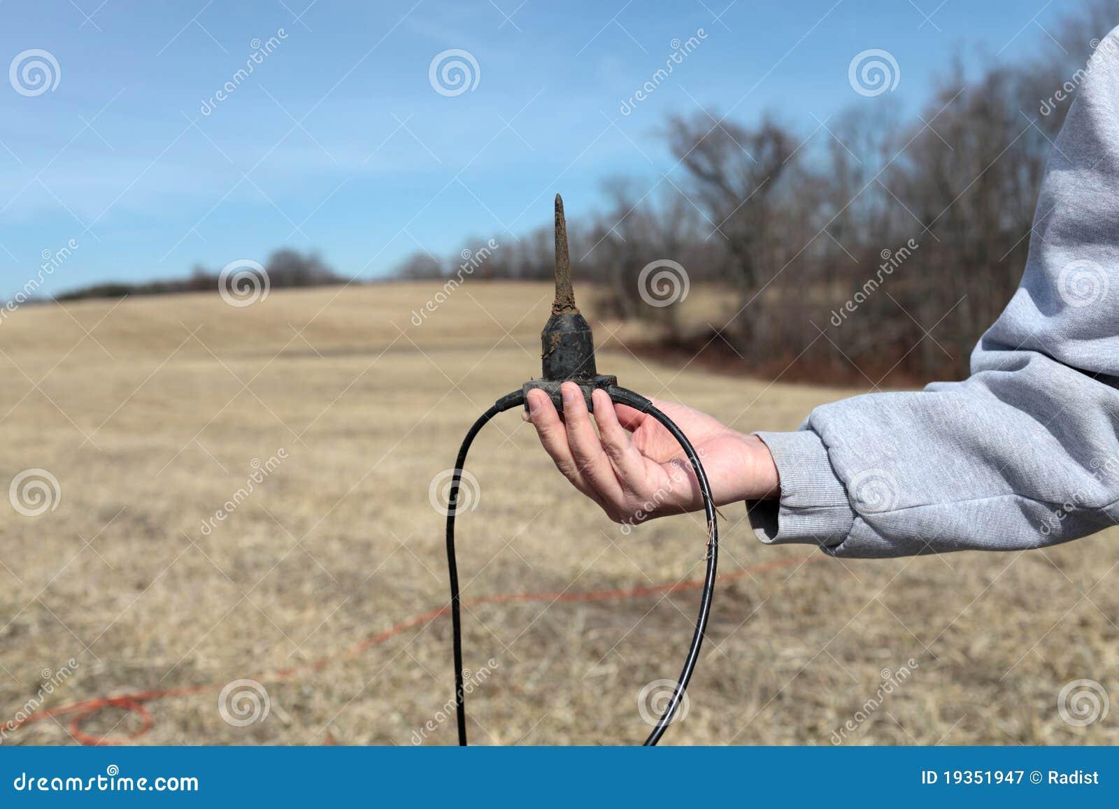 O homem prende geofone do sensor