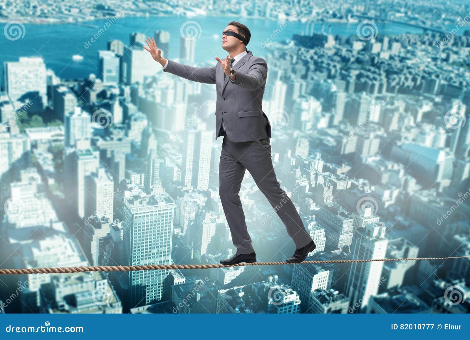 O homem que anda na venda apertada da corda